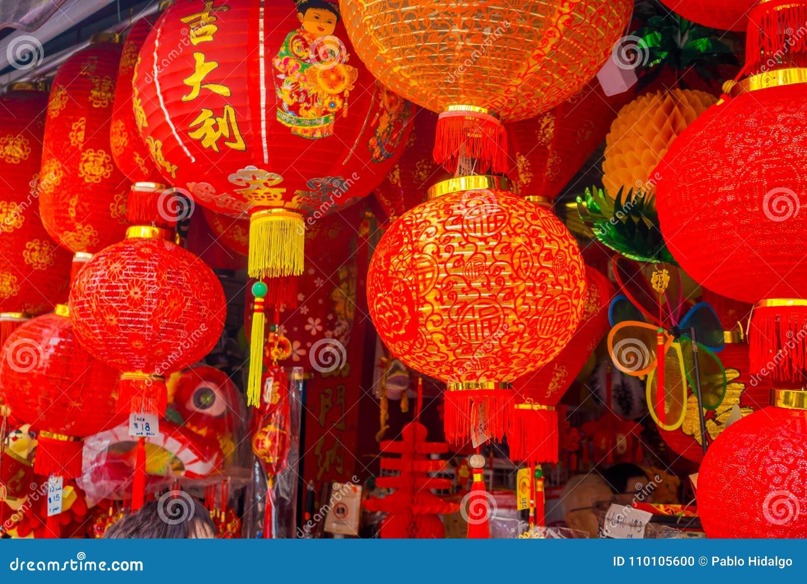 Decoratieve die lantaarns rond Chinatown, Singapore worden verspreid Het Nieuwjaar van China ` s Jaar van de Hond Foto s in de St