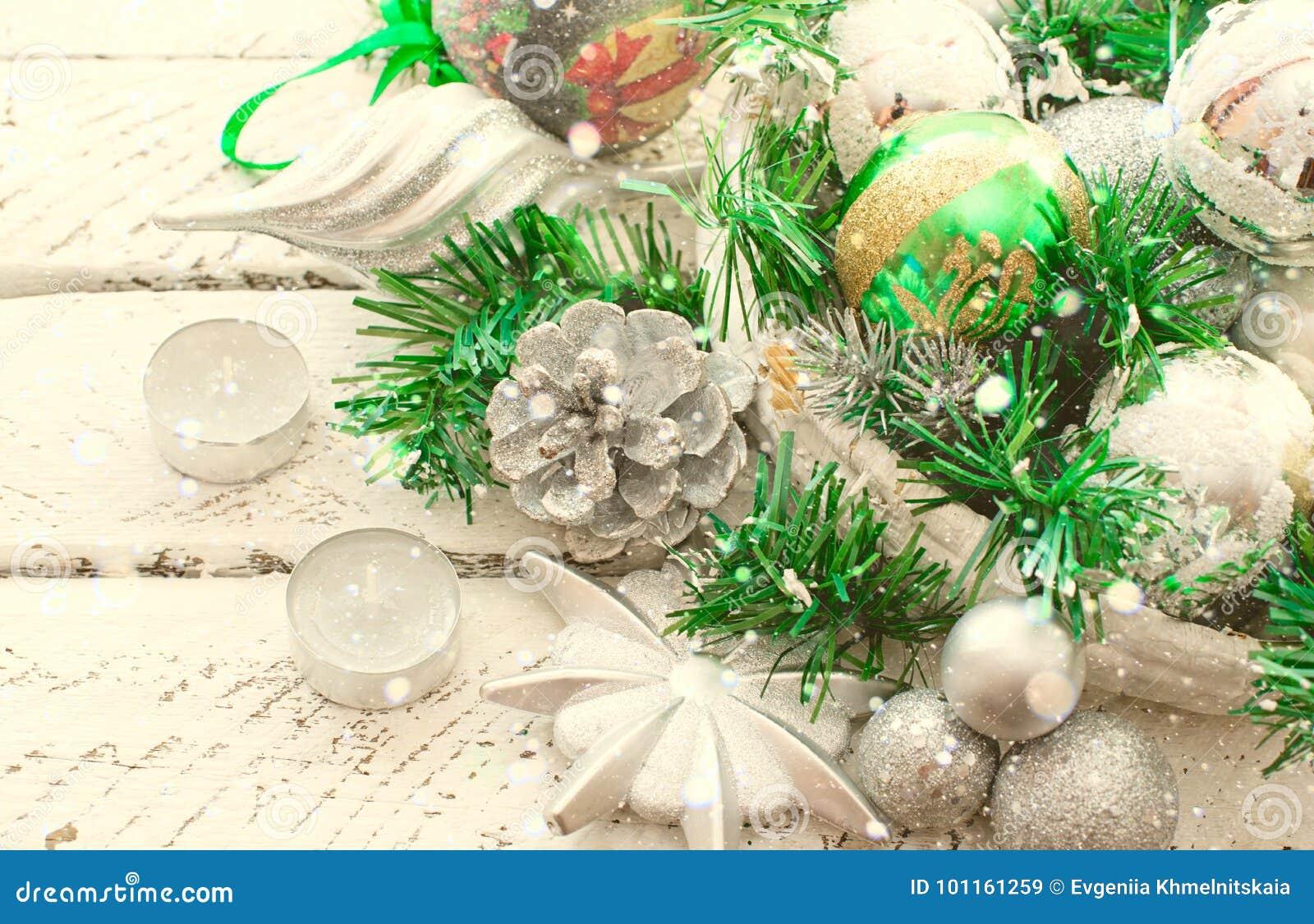 Decoratieve Kerstmissamenstelling met Traditionele elementen van de vakantie