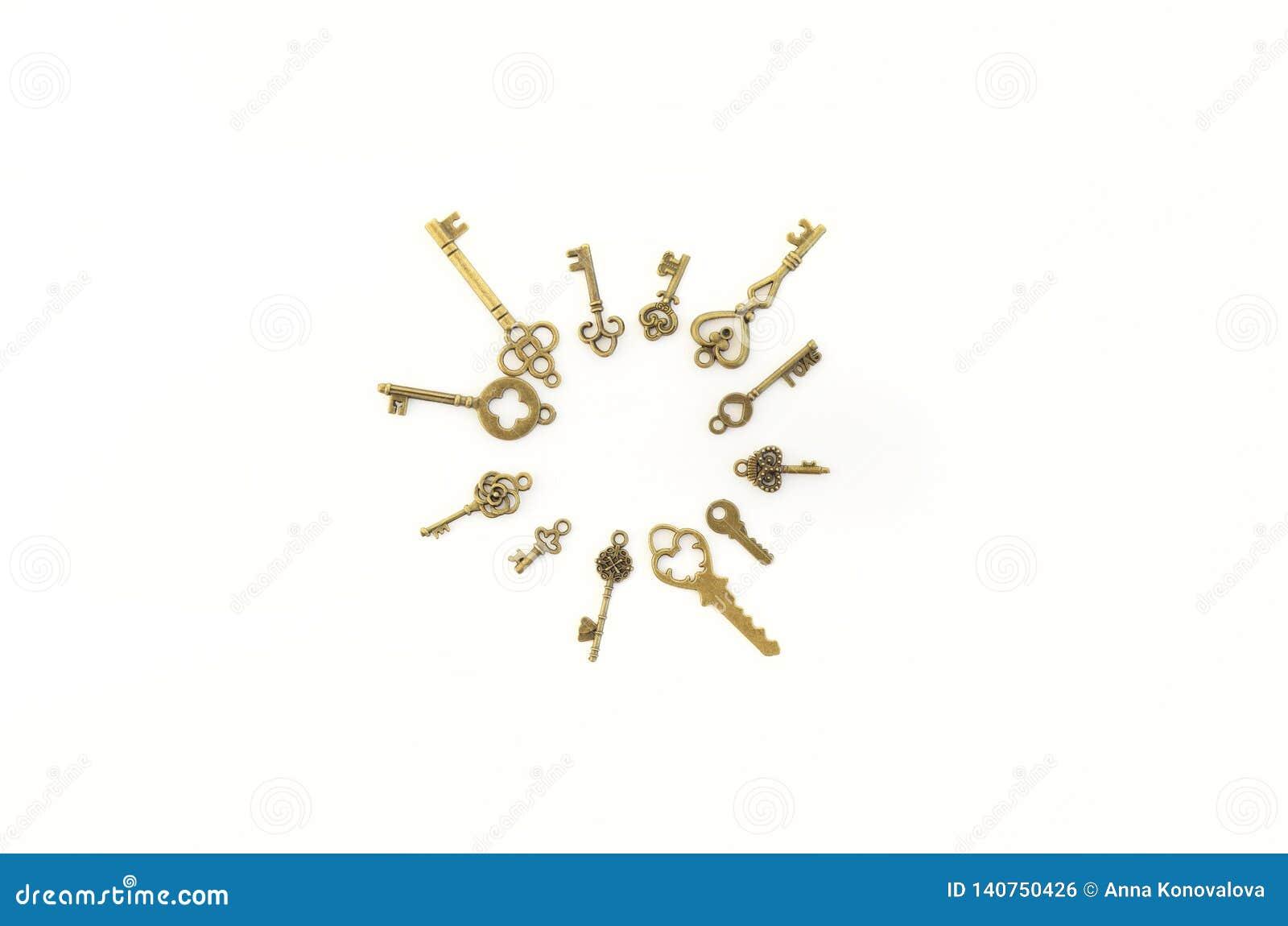 Decoratieve sleutels van verschillende grootte, gestileerde antiquiteit op een witte achtergrond Vorm het belangrijkste voorwerp