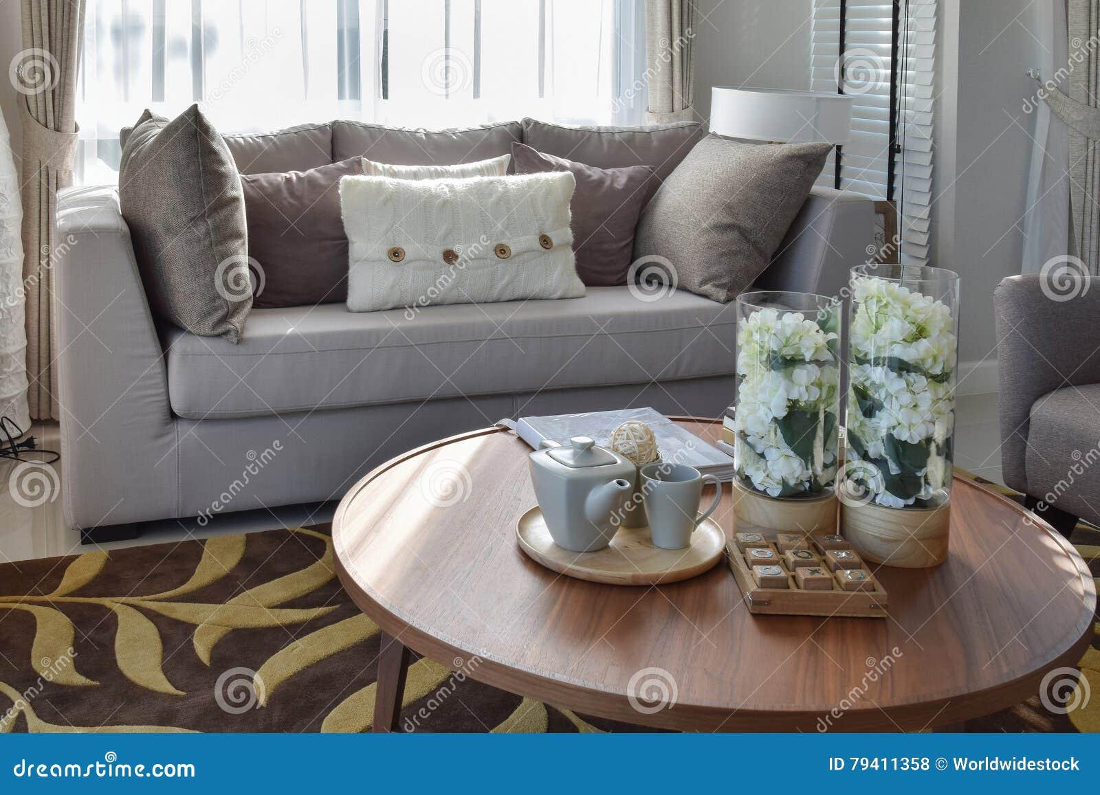 https://thumbs.dreamstime.com/z/decoratieve-theestel-en-glasvaas-op-houten-rondetafel-woonkamer-79411358.jpg
