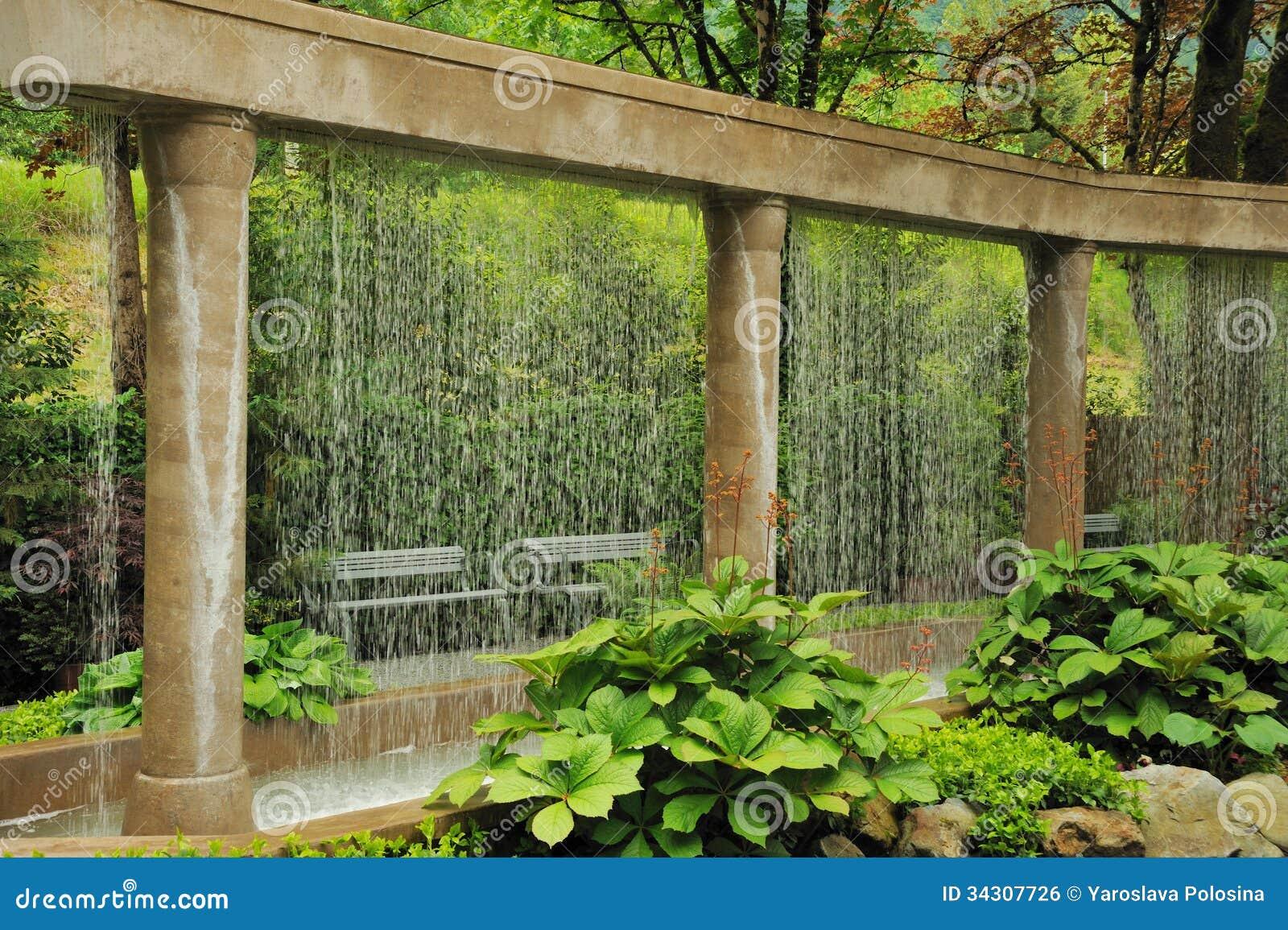 Decoratieve Watermuur In De Tuin Stock Foto Afbeelding