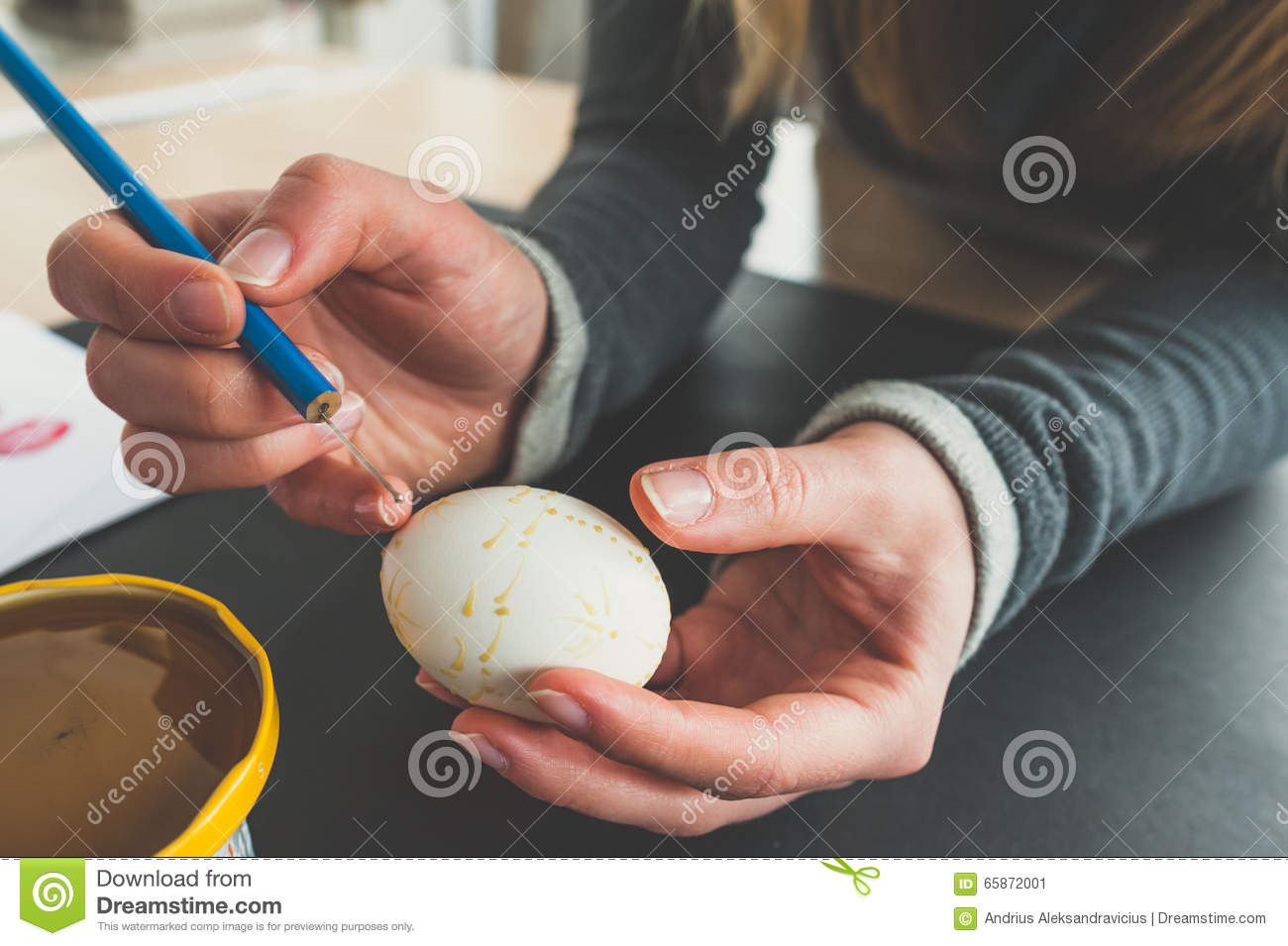 Decorating an Easter egg