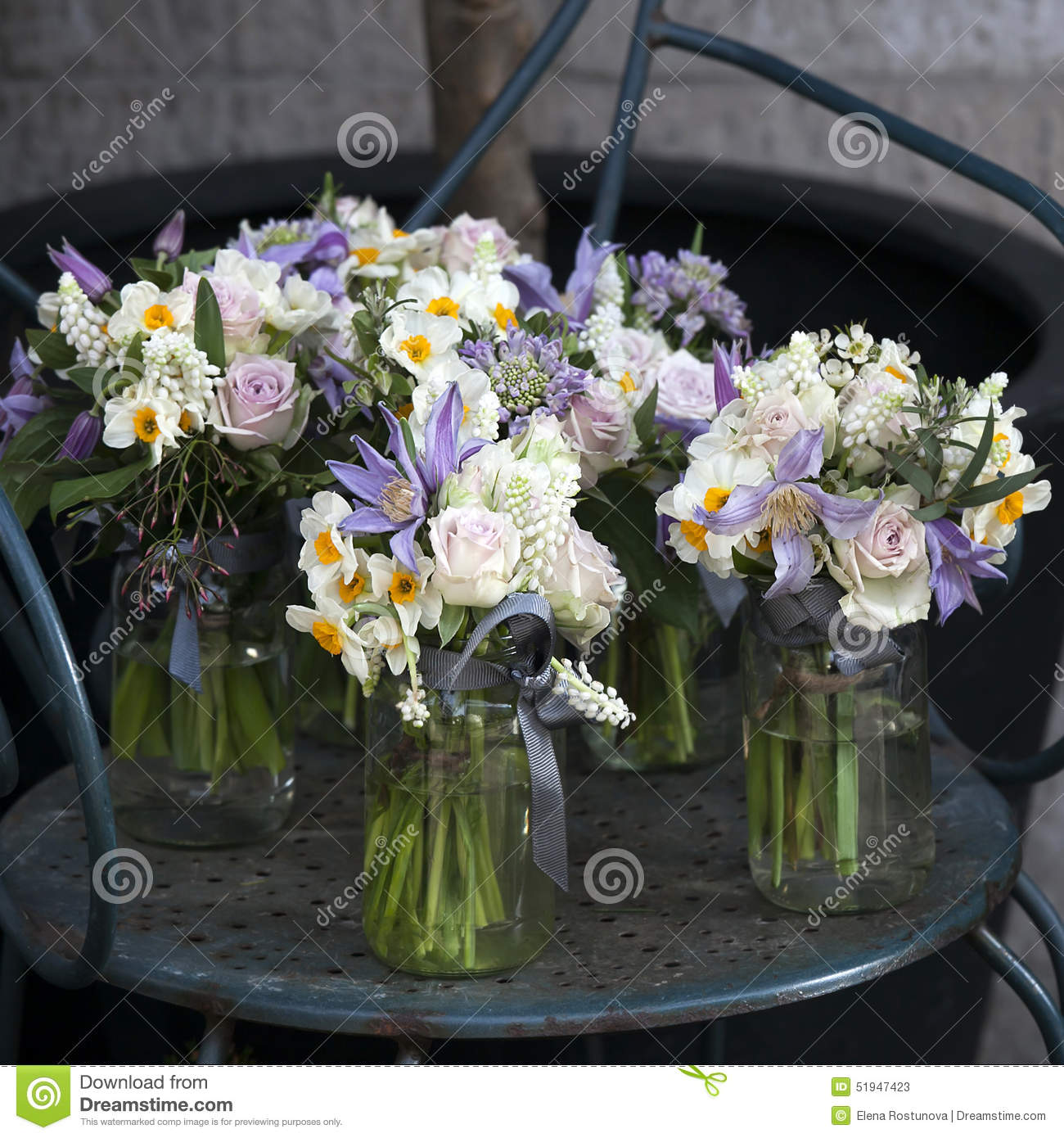 Decoration of dining table bouquet of white narcissus in for Vase deco de table