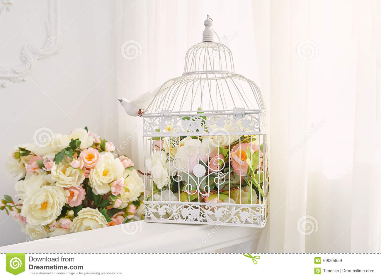 Decorative bird cage with bouquet of flowers in the for Cage a oiseaux decorative