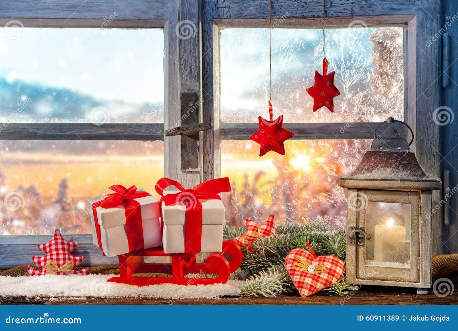 Decorazione atmosferica del davanzale della finestra di - Addobbi finestra natale ...