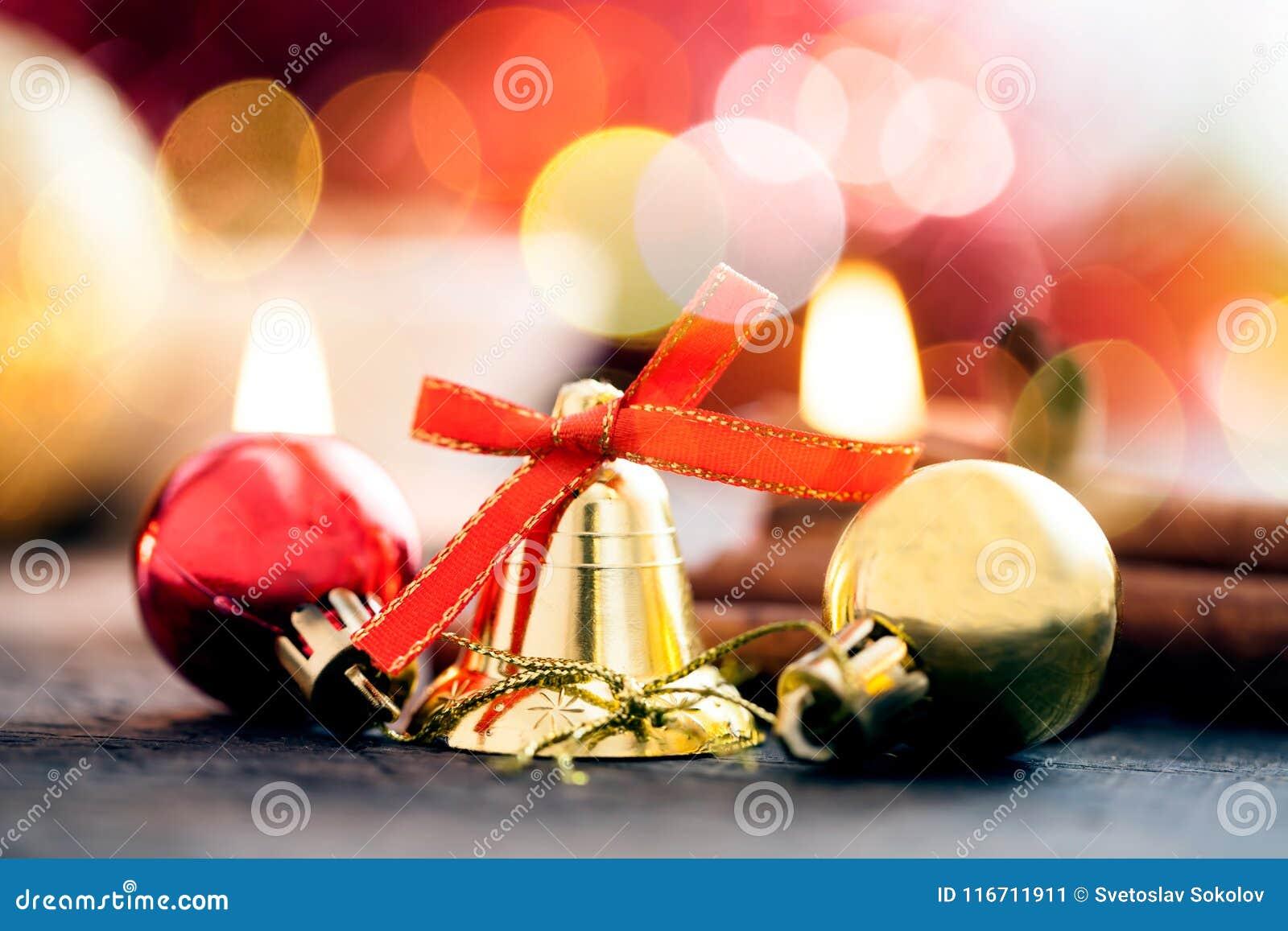 Decorazione con le candele, palla di natale, nastro, cono di abete, albero, stella di anice, cinamon di Natale