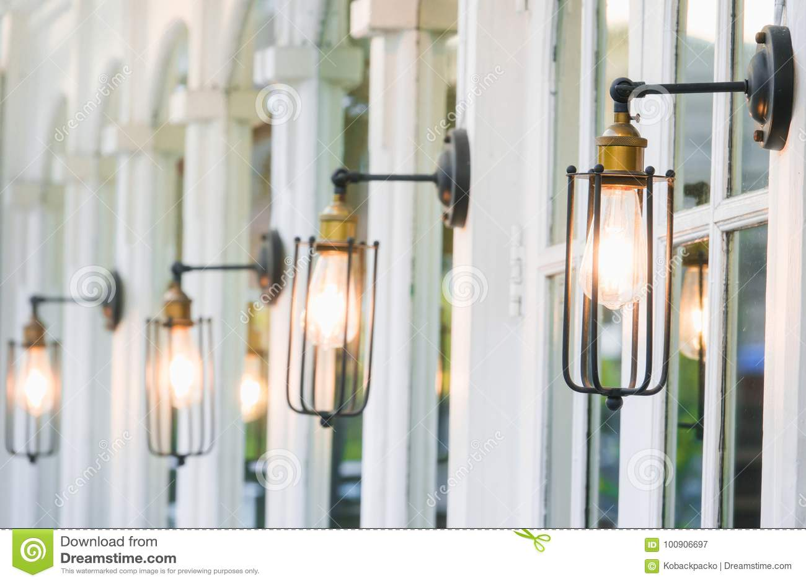 Decorazione d 39 annata di illuminazione sulle finestre for Decorazione finestre