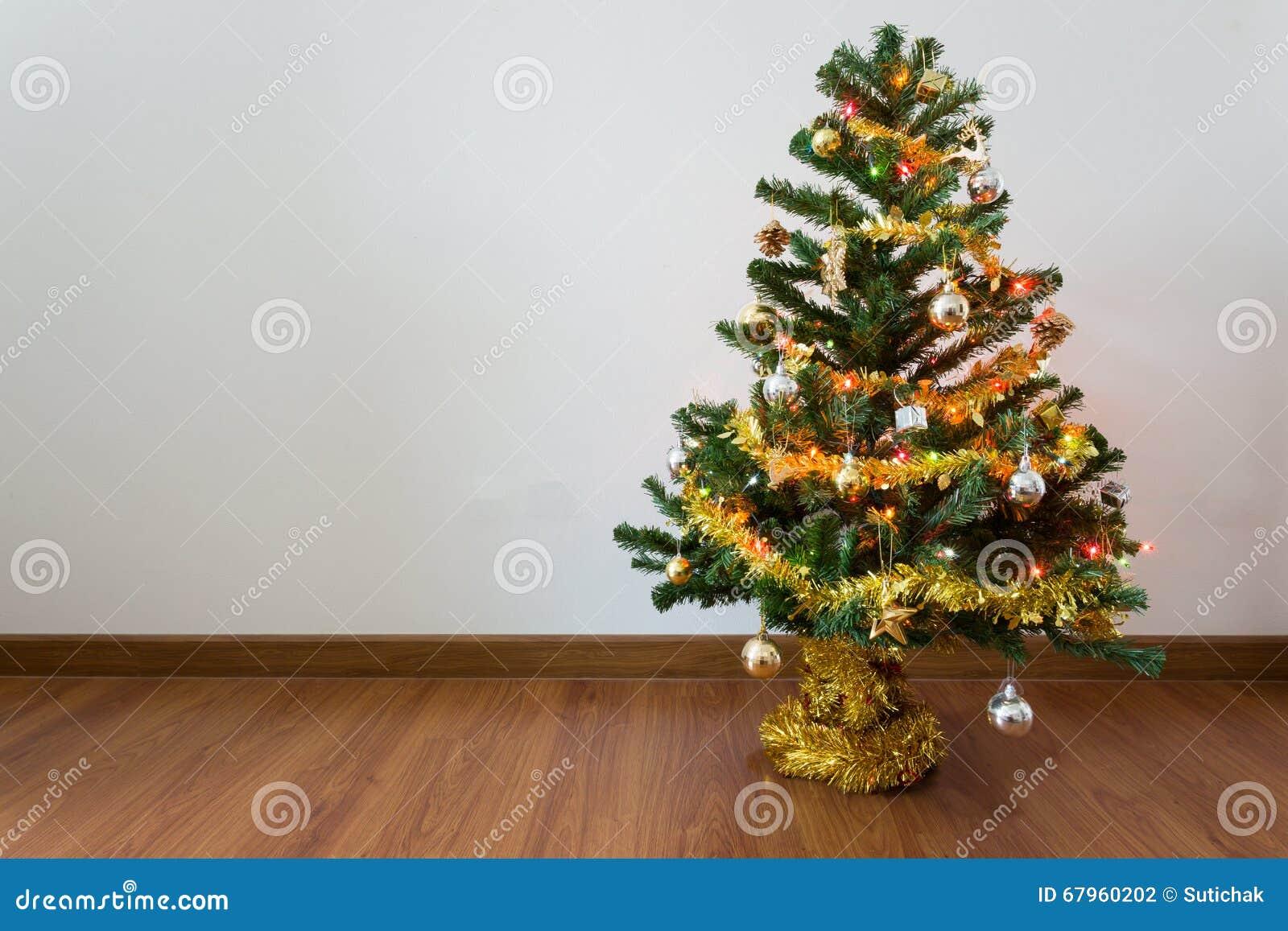 Alberi Di Natale In Legno Da Appendere : Decorazione dell albero di natale nella stanza vuota con la parete