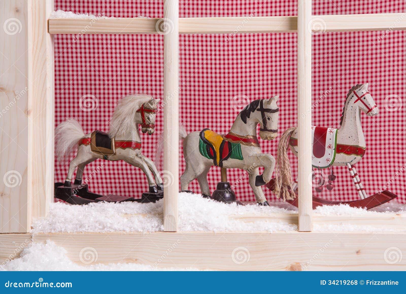 Decorazione dell 39 interno di natale del davanzale della finestra cavalli a dondoli e neve - Davanzale finestra interno ...