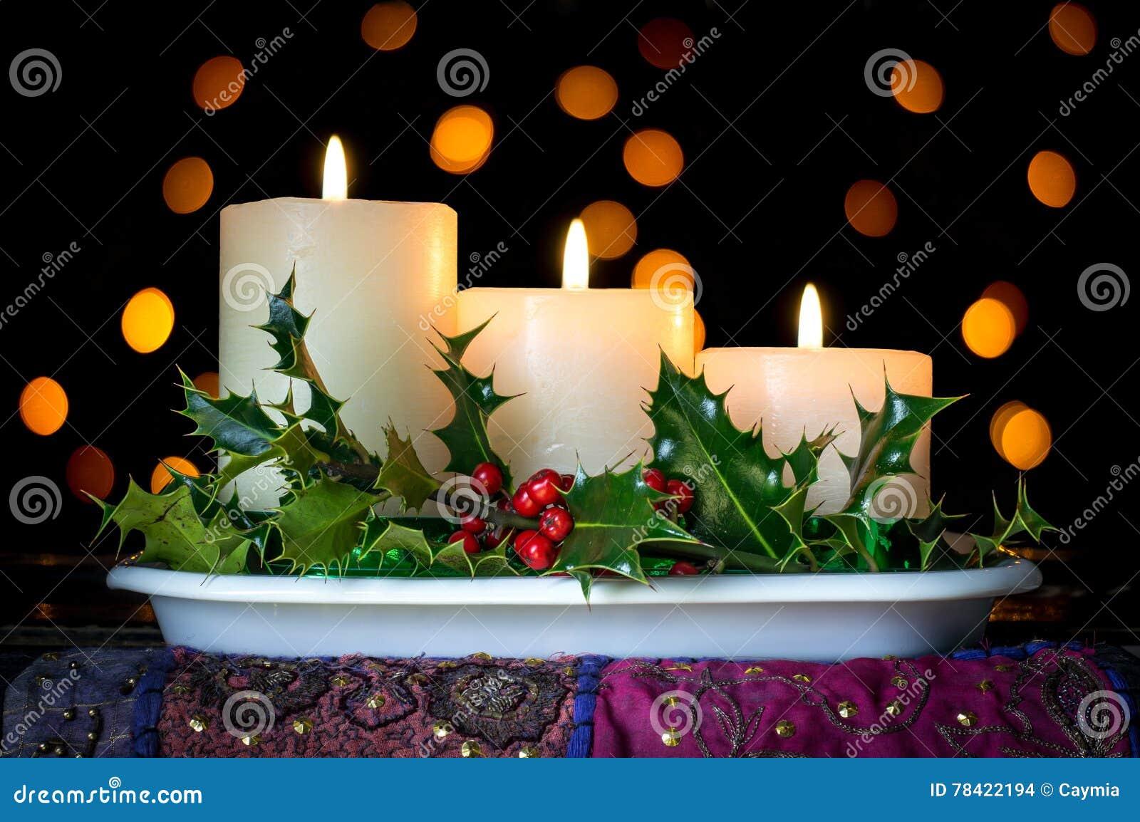 Decorare Candele Di Natale : Decorazione delle candele di natale con agrifoglio e le bacche