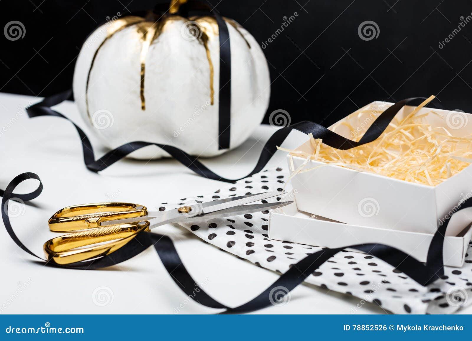 Decorazione Di Halloween Sulla Tavola Bianca Sopra Fondo