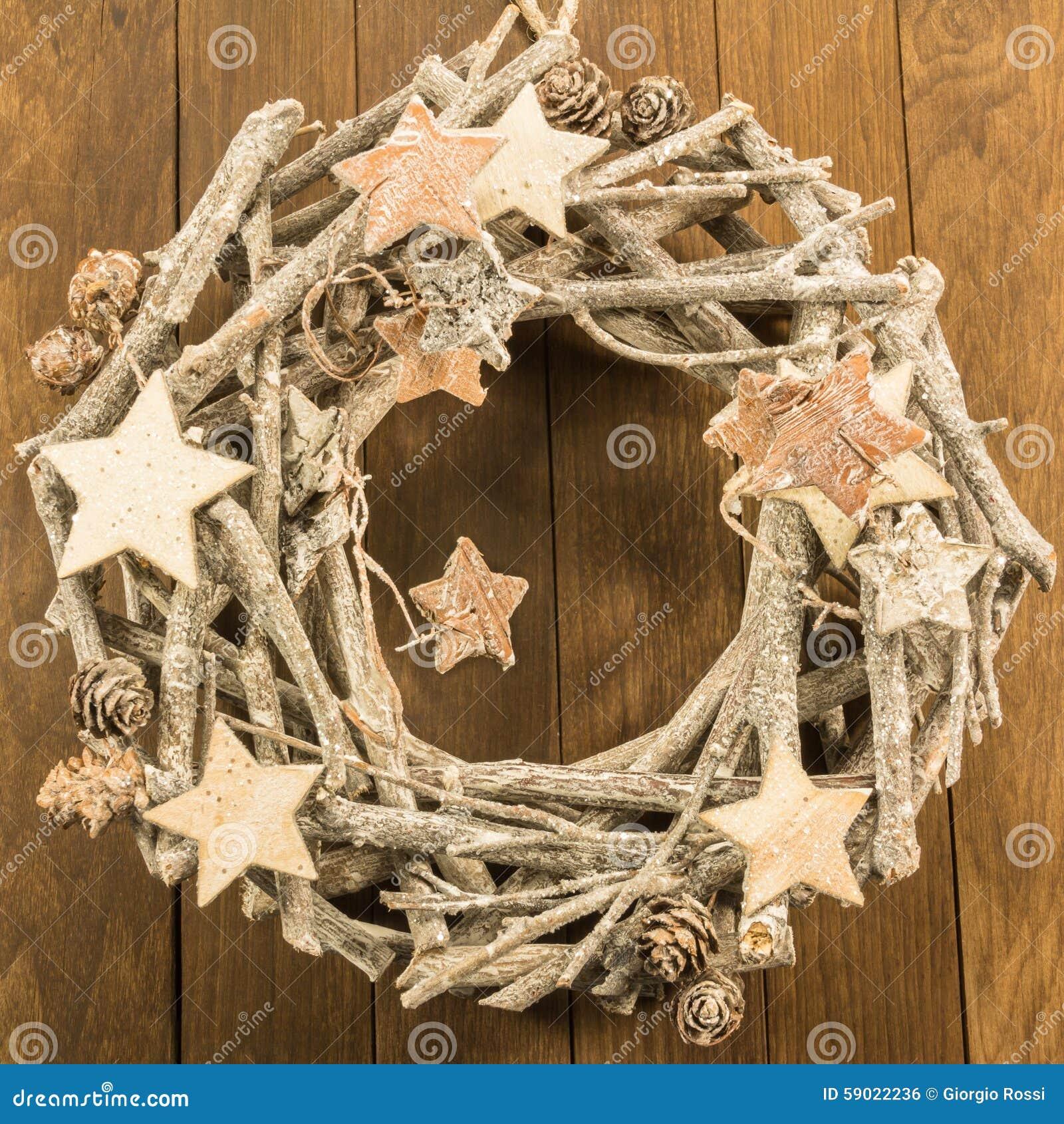 Decorazione di natale con i ramoscelli la pigna marrone e - Decorazioni natalizie in legno fai da te ...