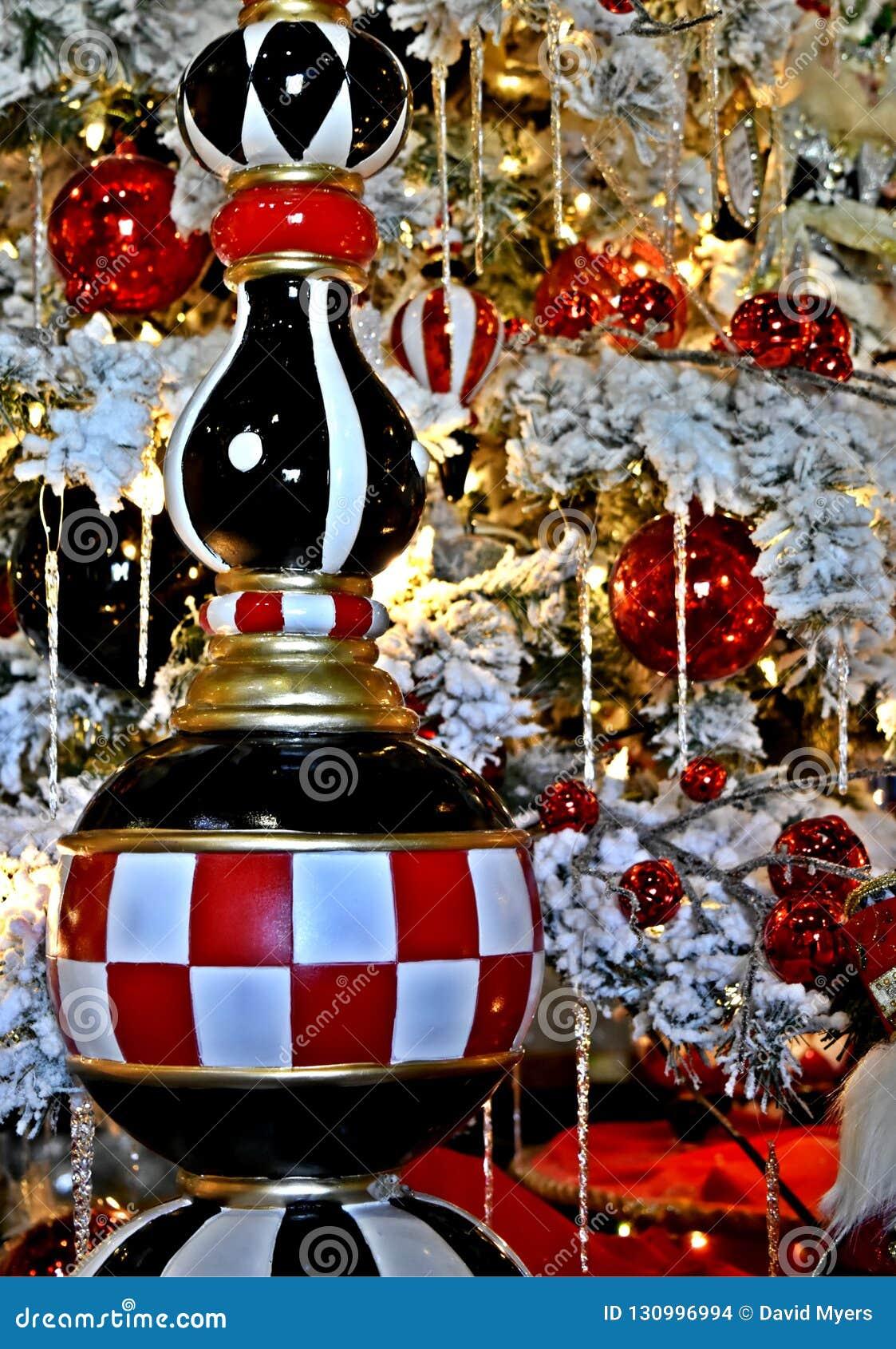 Decorazione di Natale, ornamento del ghiacciolo della scacchiera sull albero frocked bianco