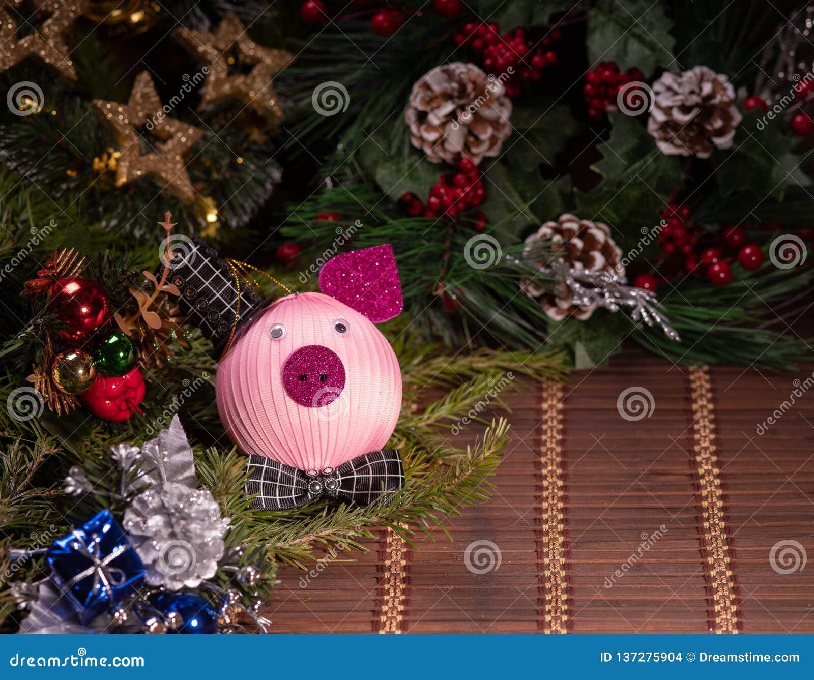 Decorazione di Natale, porcellino salvadanaio su fondo di legno, su fondo astratto a tempo di iniziare al risparmio o sulla soluz