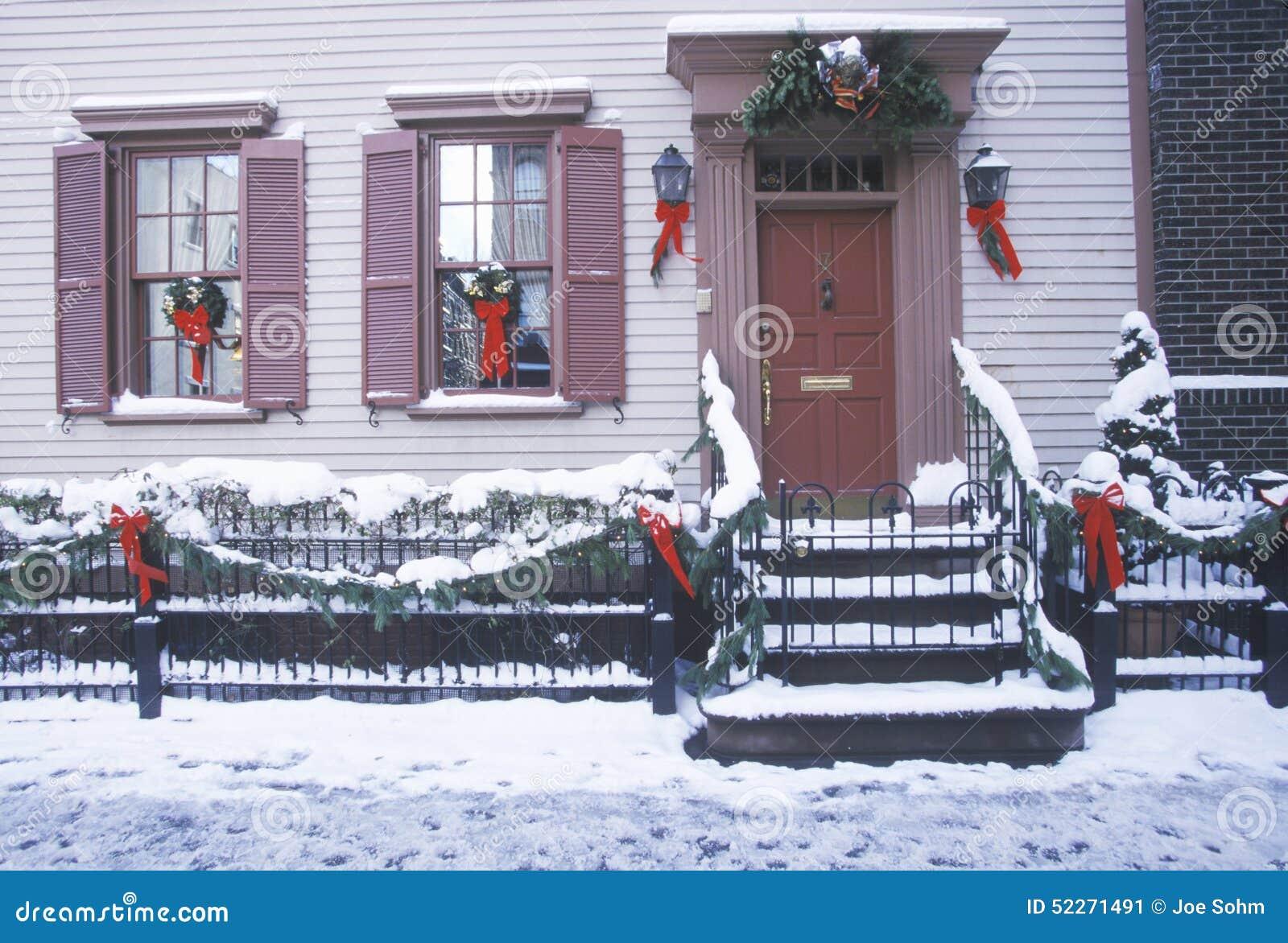 Decorazione di natale sulla casa storica dopo la bufera di for Immagini new york a natale