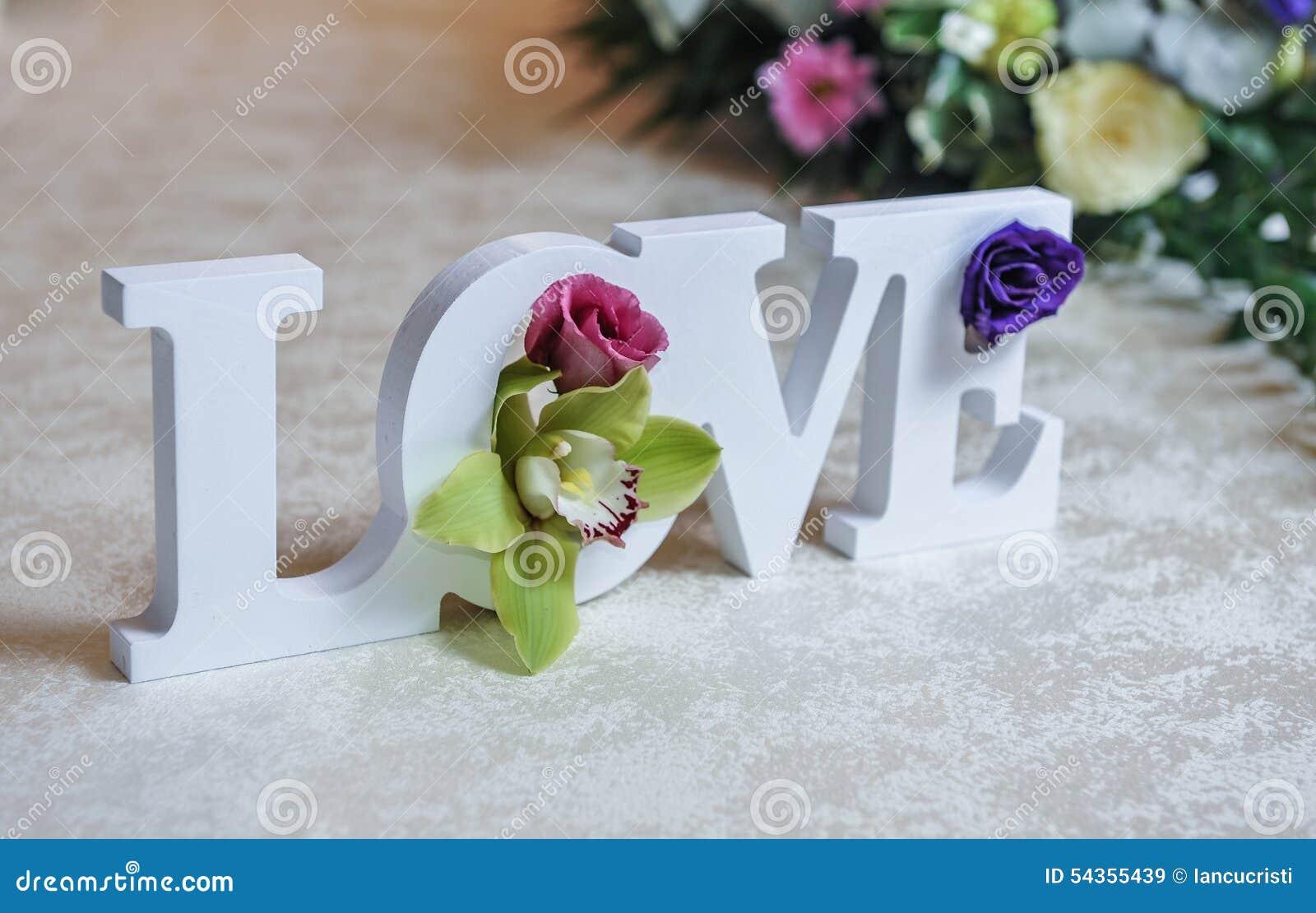 Decorazioni Lettere D Amore decorazione di nozze, lettere di amore e fiori sulla tavola
