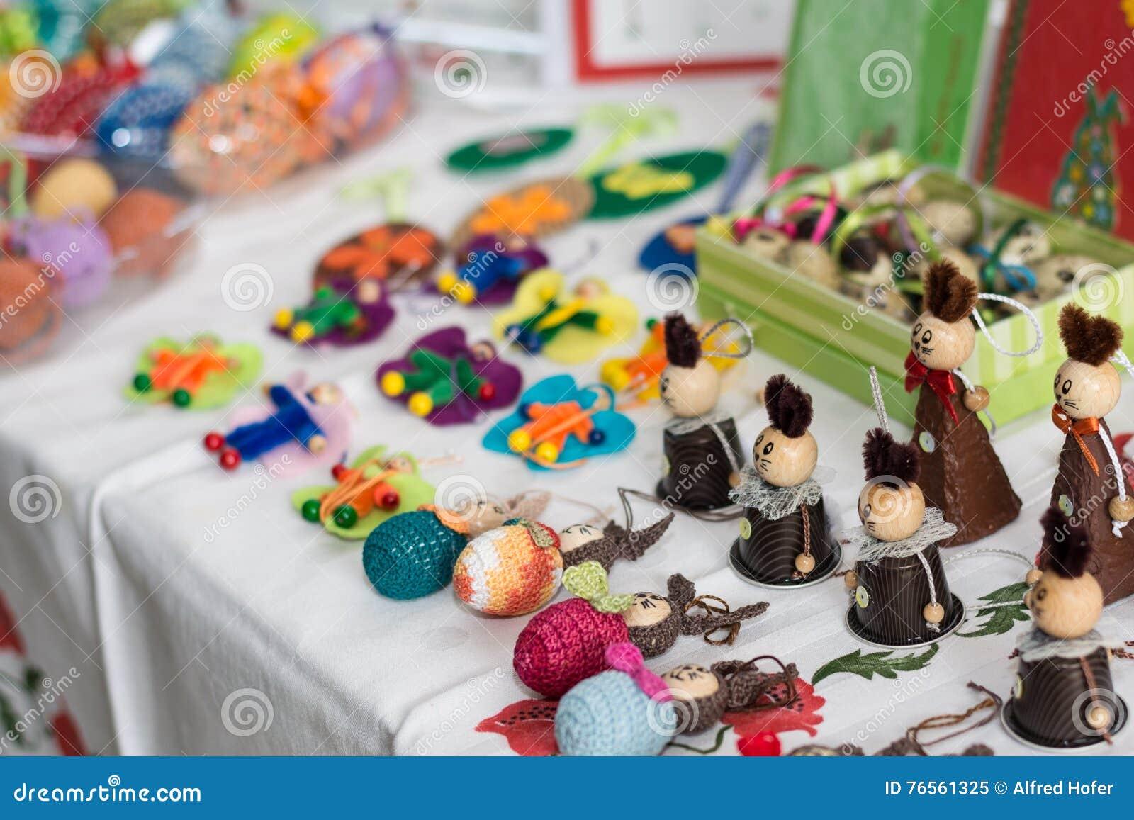 Decorazione di Pasqua su una tavola di vendita