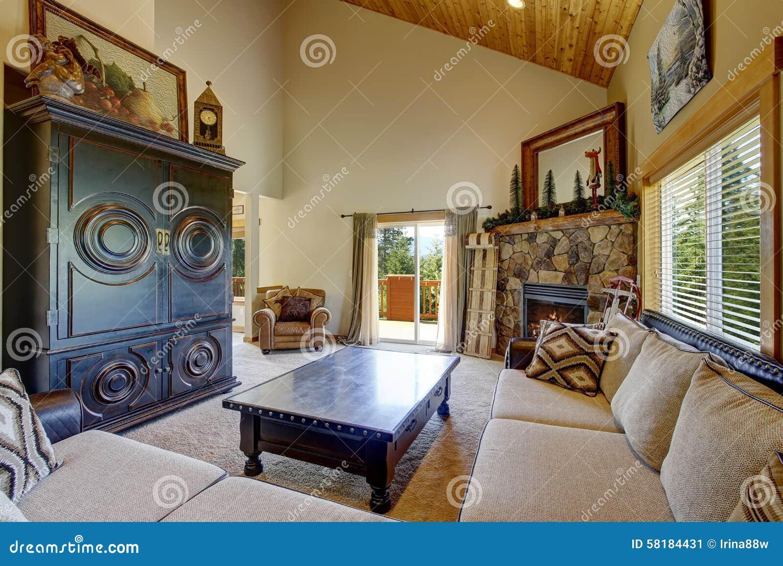 Decorazioni Per Casa Montagna : Decorazione di stile della montagna nel salone moderno di giorno
