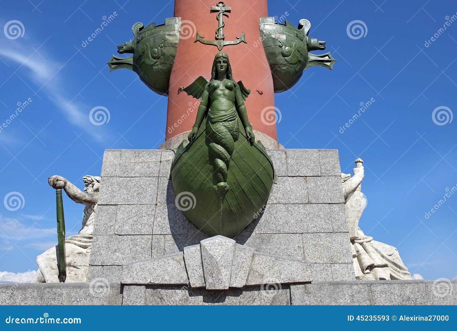 Decorazione di una colonna rostrale in San Pietroburgo, Russia