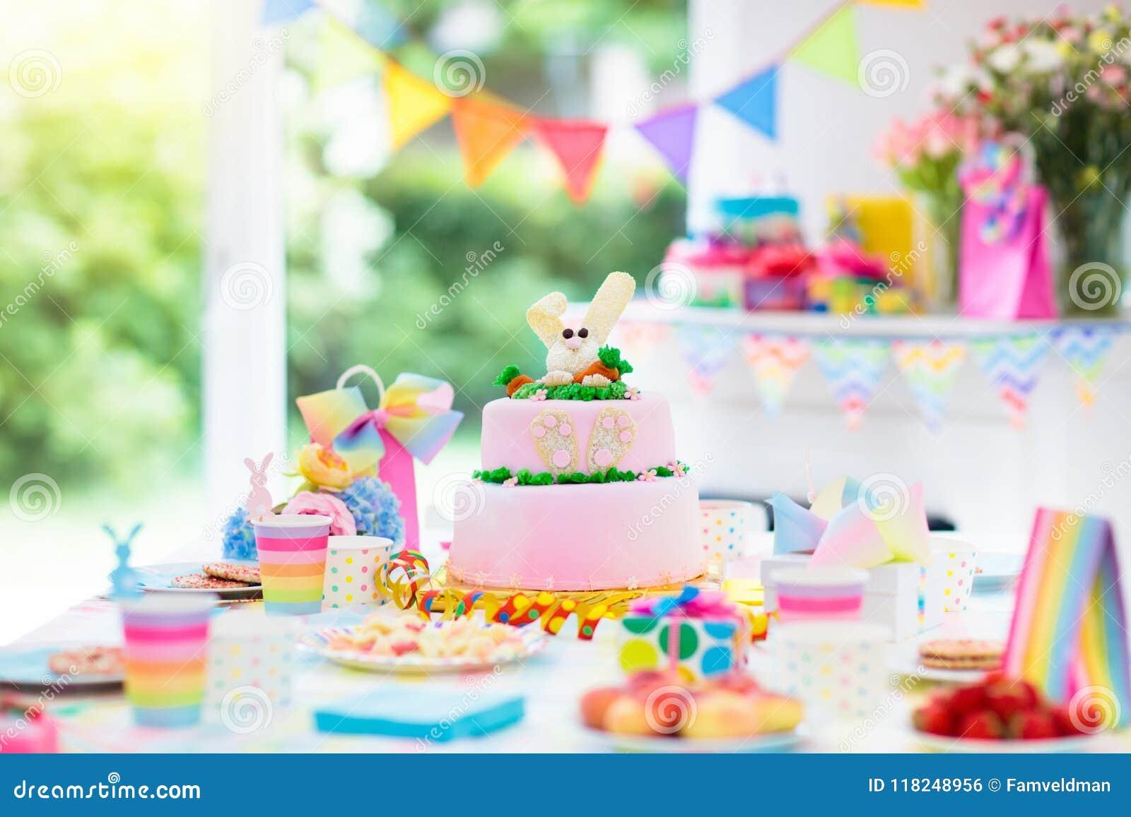 Decorazione e dolce della festa di compleanno dei bambini