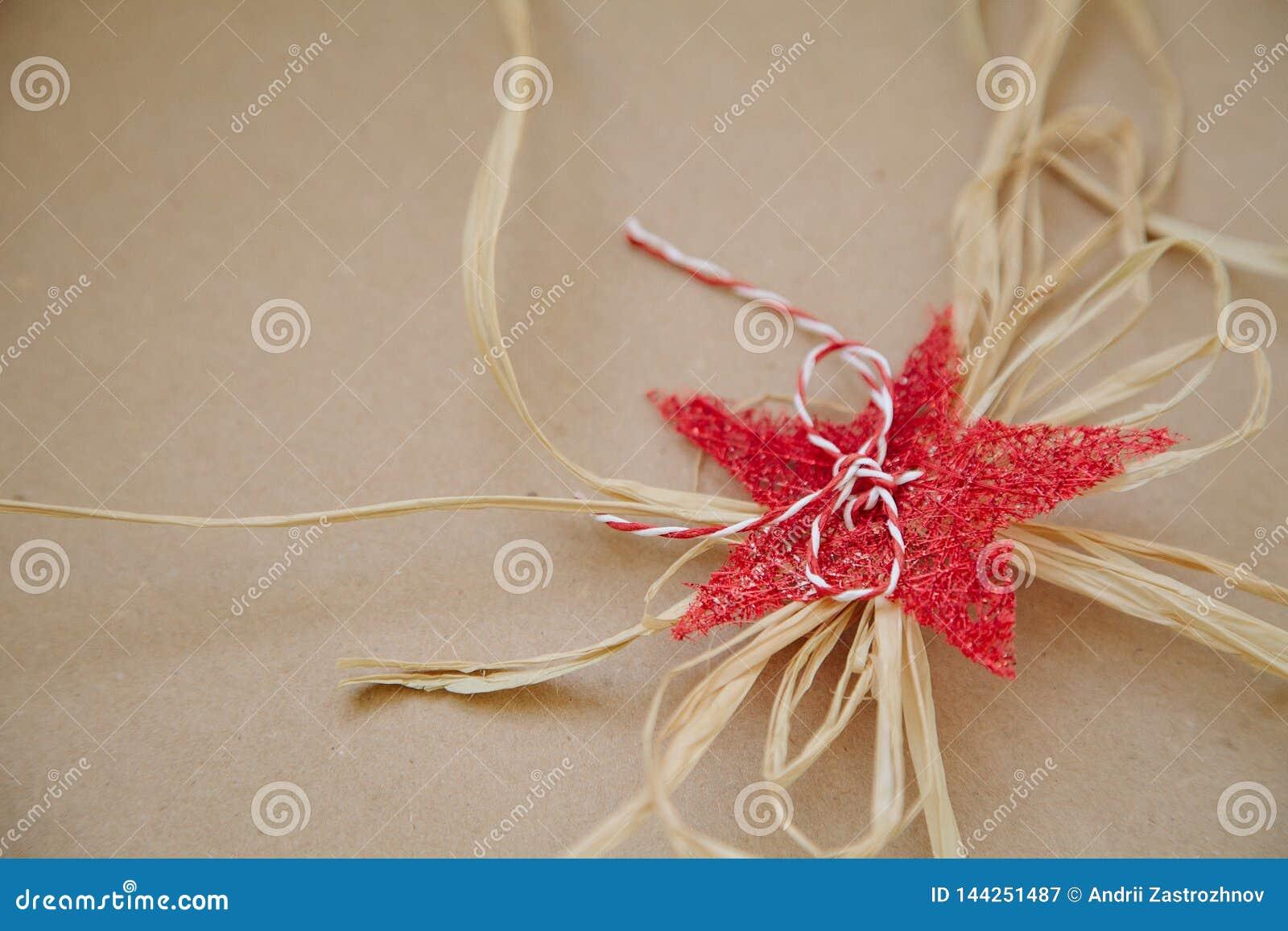 Decorazione festiva decorativa - stella e corda casalinghe rosse Spazio vuoto per testo