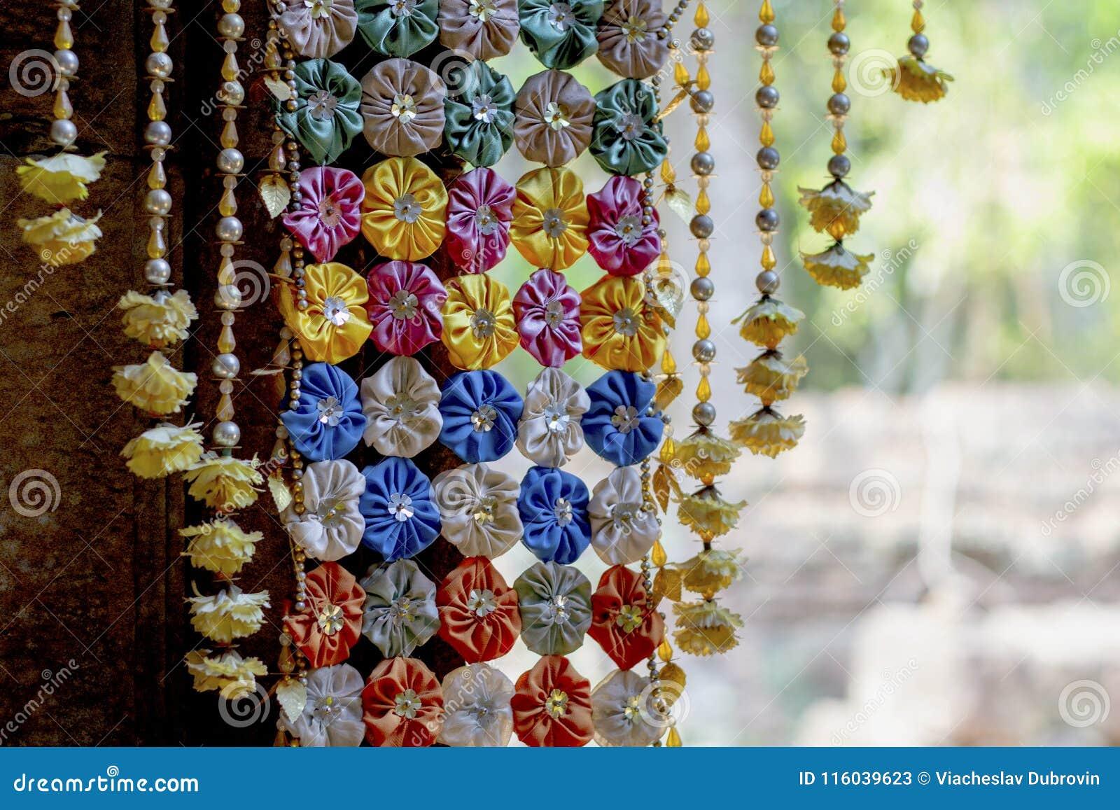 Decorazione floreale in tempio buddista Decorazione floreale interna del tempio cambogiano Decorazione di festival di buddismo