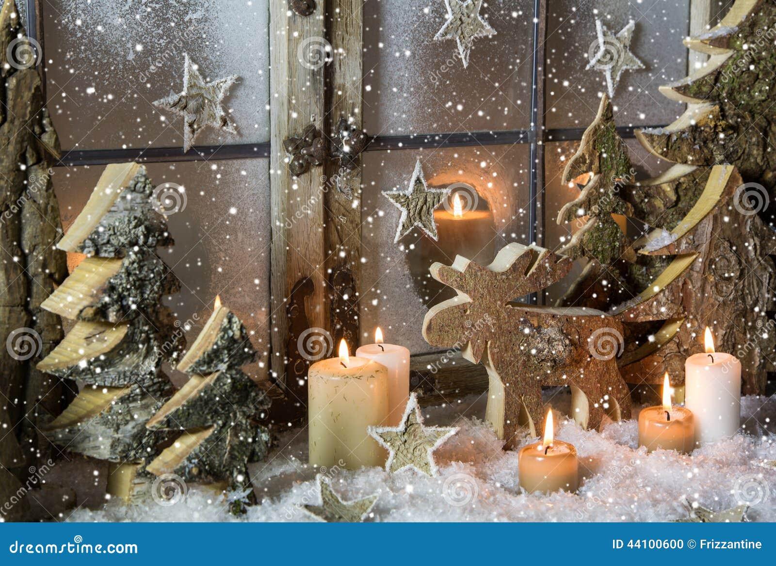 Decorazione Naturale Della Finestra Di Natale Di Legno Con Neve