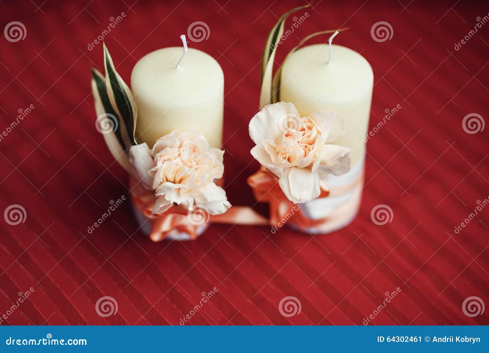 Decorare Candele Bianche : Decorazione romantica con due candele bianche immagine stock