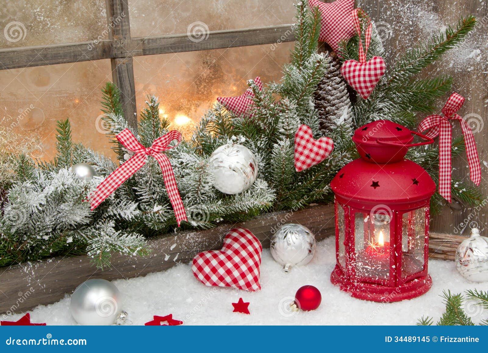 Decorazione Finestre Per Natale : Decorazione rustica rossa di natale sul davanzale della finestra con