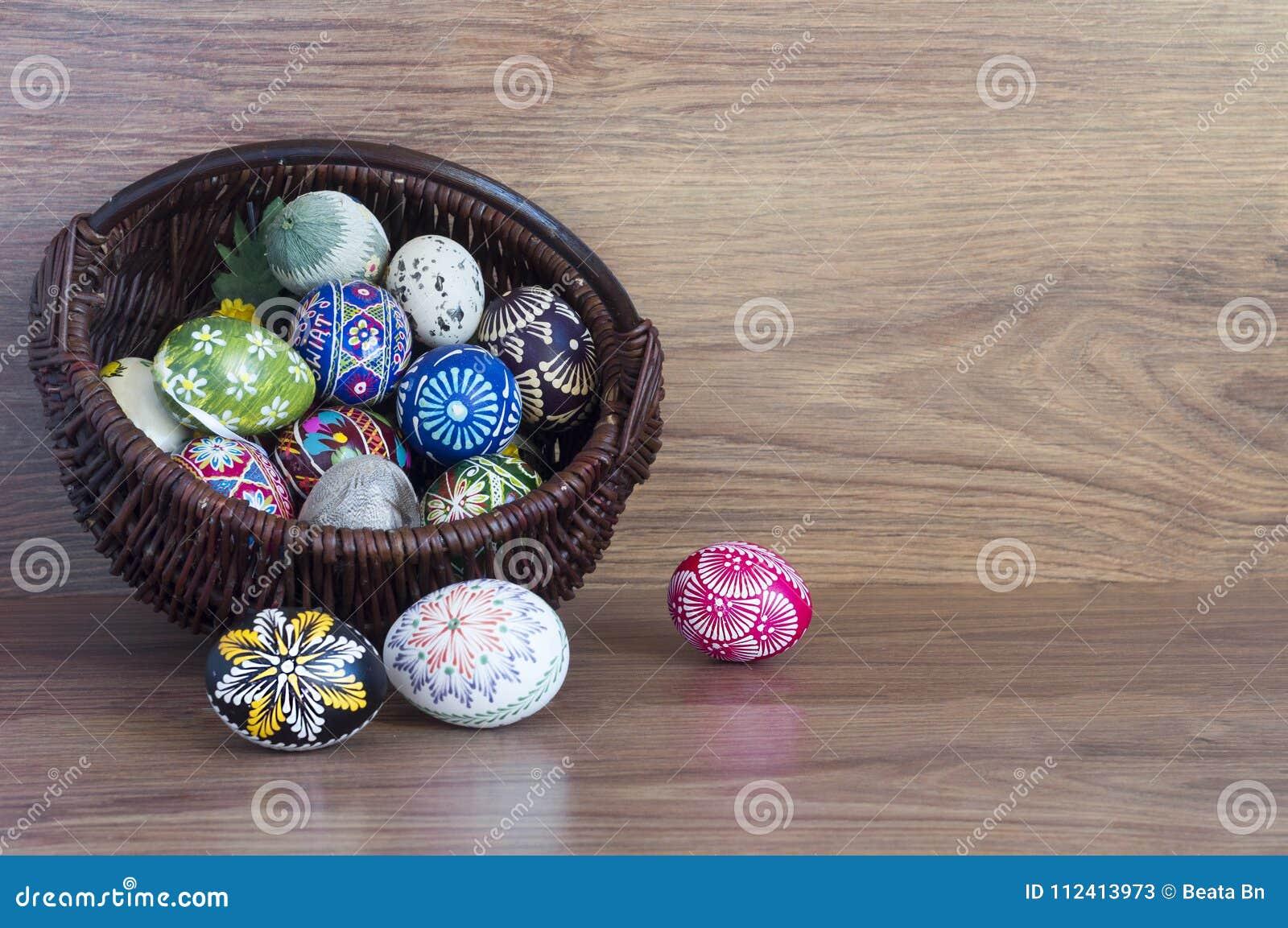 Decorazione - uova di colore di Pasqua in un canestro