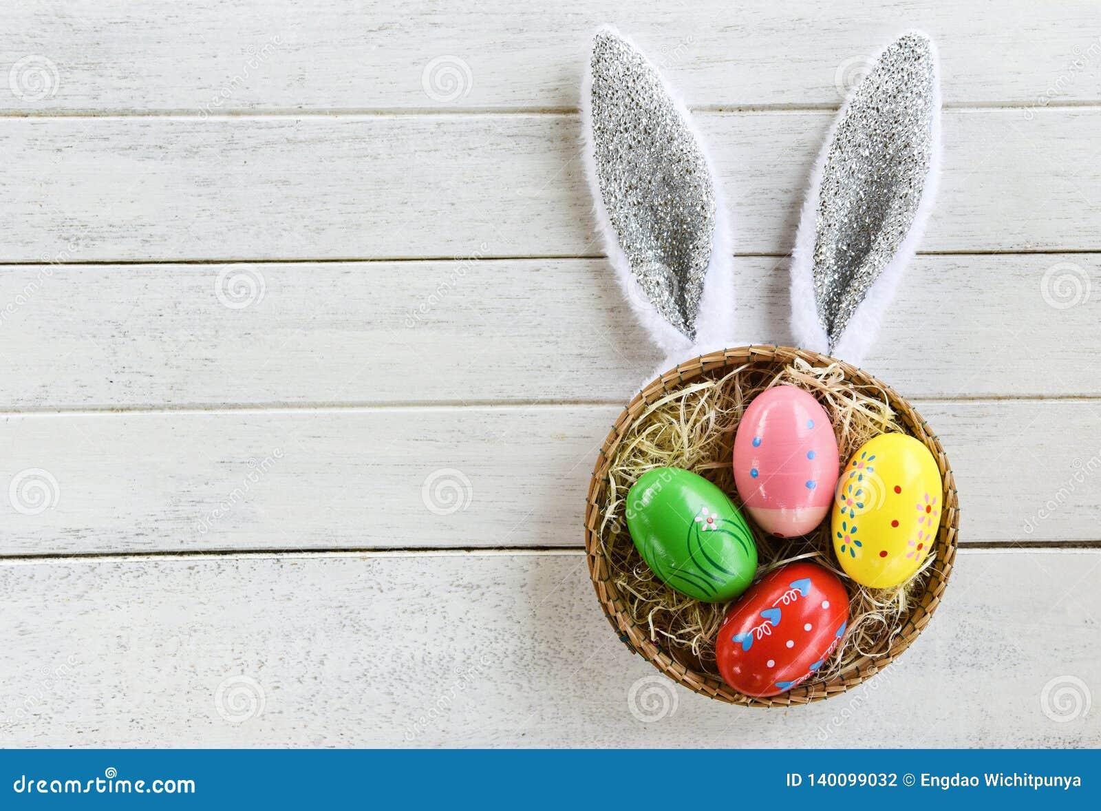 Decorazione variopinta del nido del canestro del coniglio dell orecchio delle uova di Pasqua e del coniglietto di pasqua sulla vi