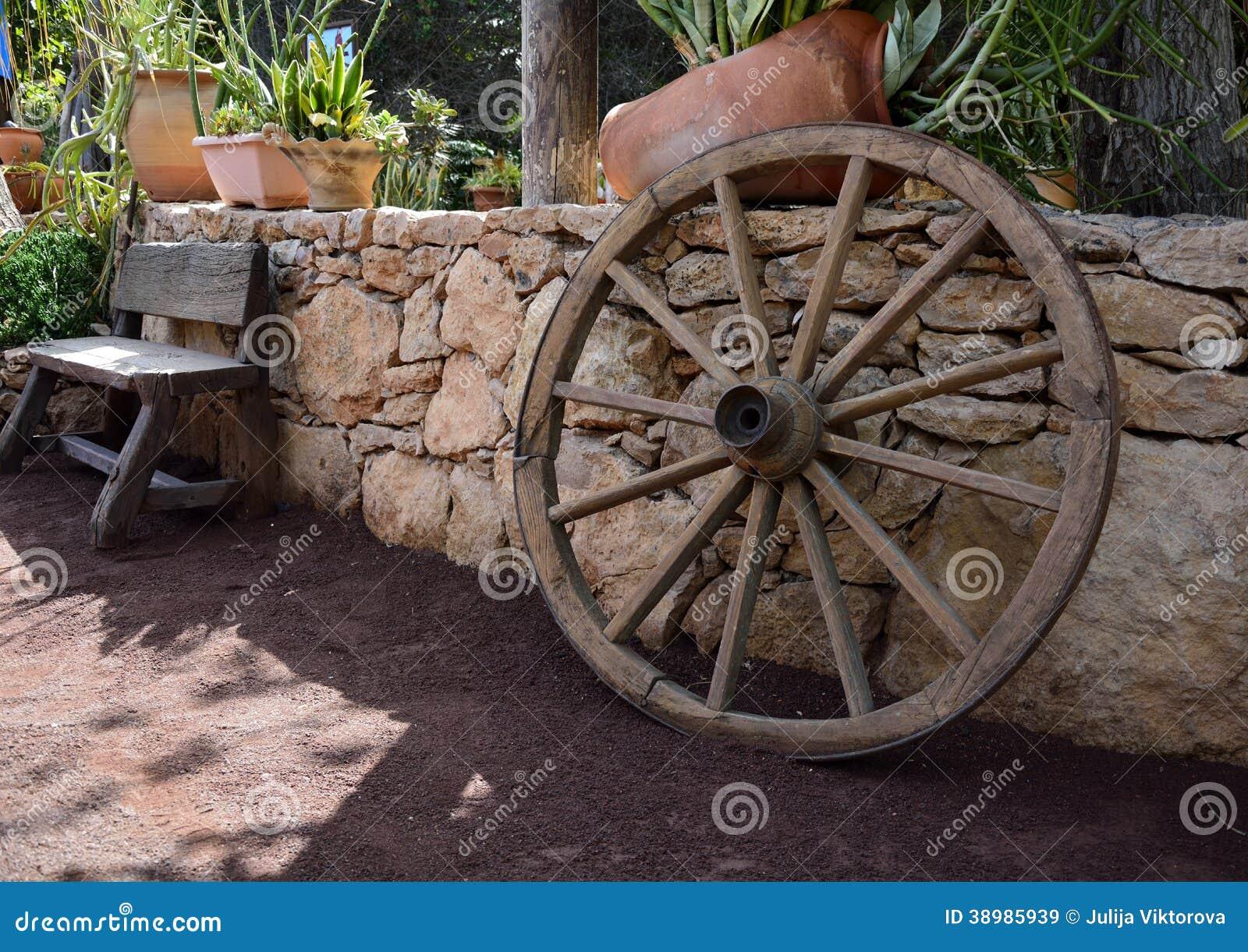 banco de jardim vetor:Decorazioni, Banco E Ruota Di Legno Del Giardino Fotografia Stock