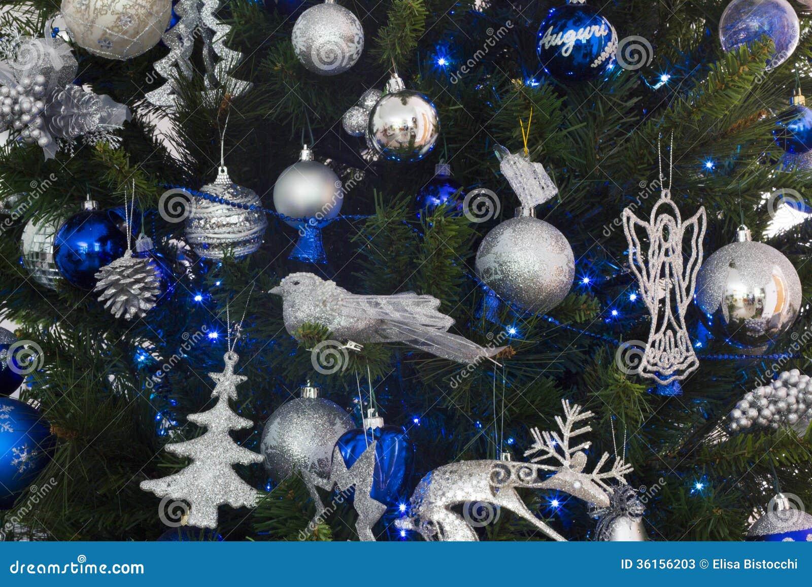 Albero Di Natale Con Decorazioni Blu : Decorazioni blu e d argento dell albero di natale immagine stock