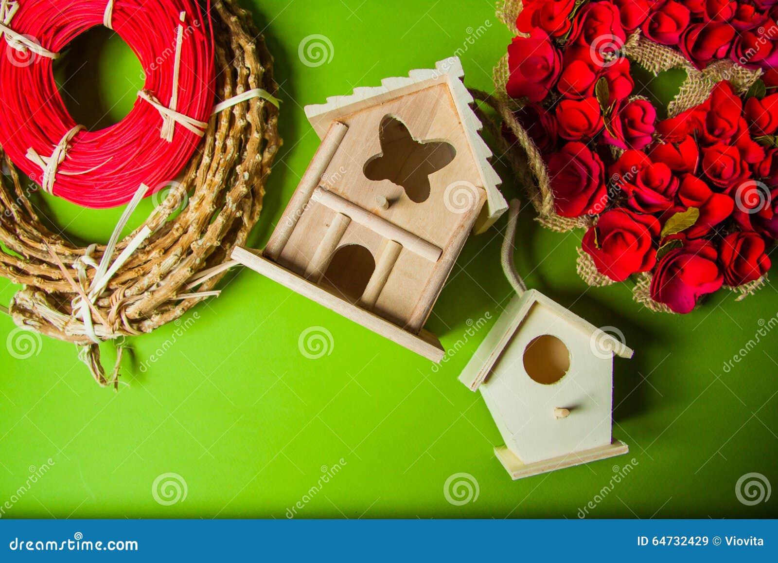 Decorazioni con i nidi per deporre le uova e le corone