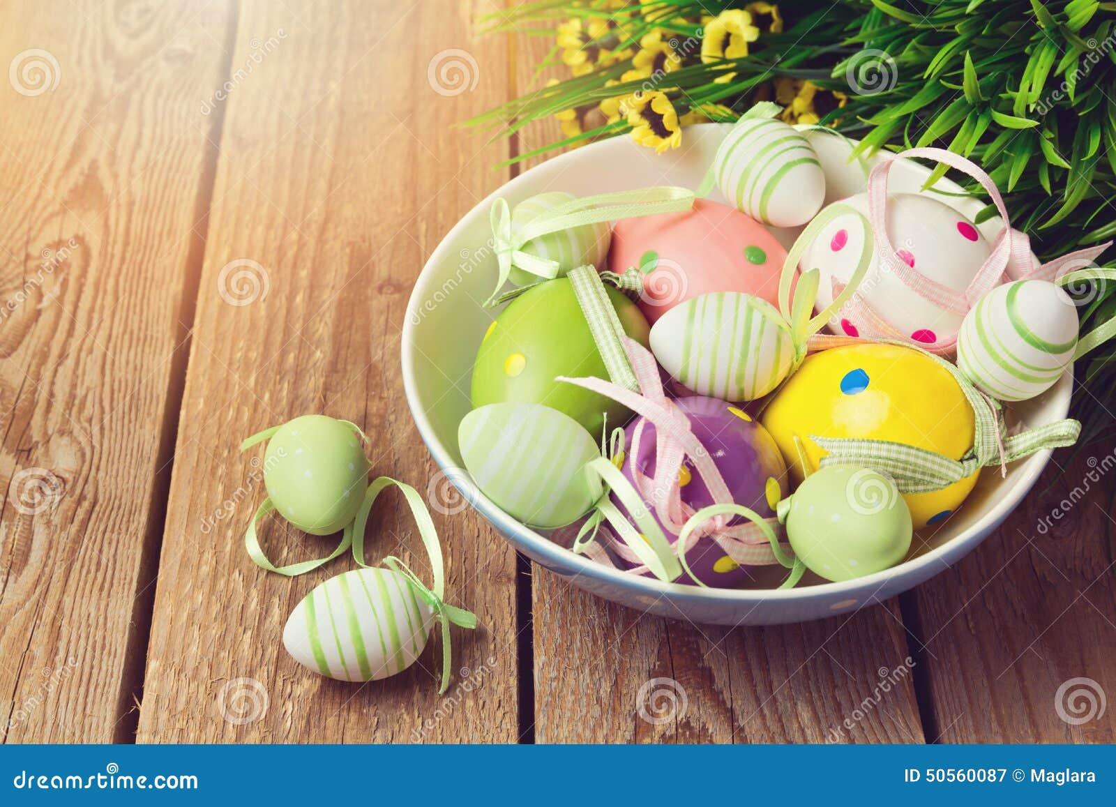 Decorazioni dell 39 uovo di pasqua su fondo di legno immagine - Decorazioni legno ...