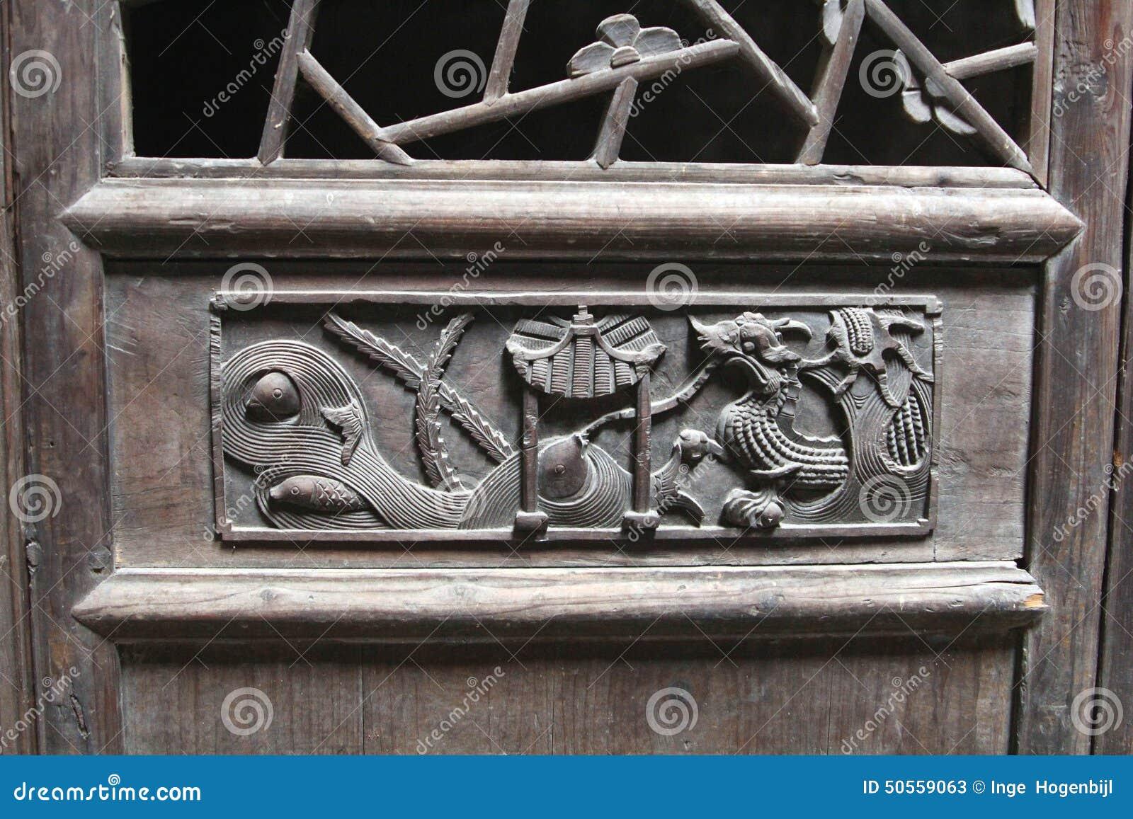 Decorazioni di intaglio del legno con un drago ad una porta antica del legname daxu cina - Decorazioni di legno ...