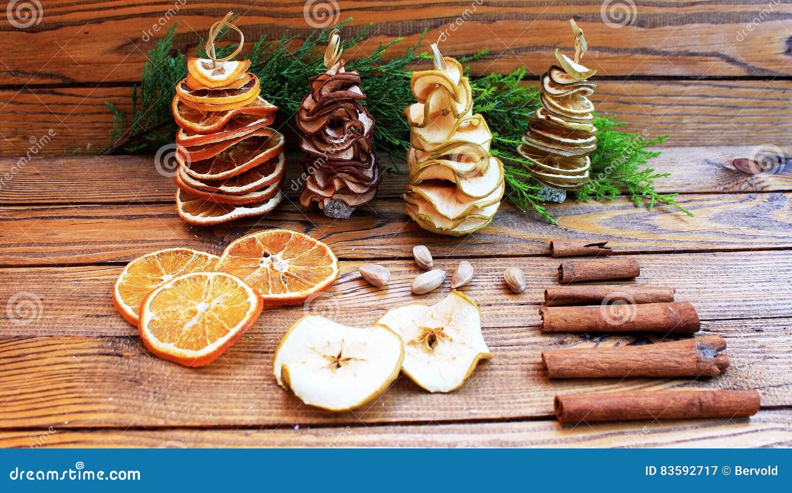 Decorazioni Natalizie Con Frutta Secca.Decorazioni Di Inverno Con Frutta Secca Ed Agrume Thuja E Candele Immagine Stock Immagine Di Inverno Candele 83592717