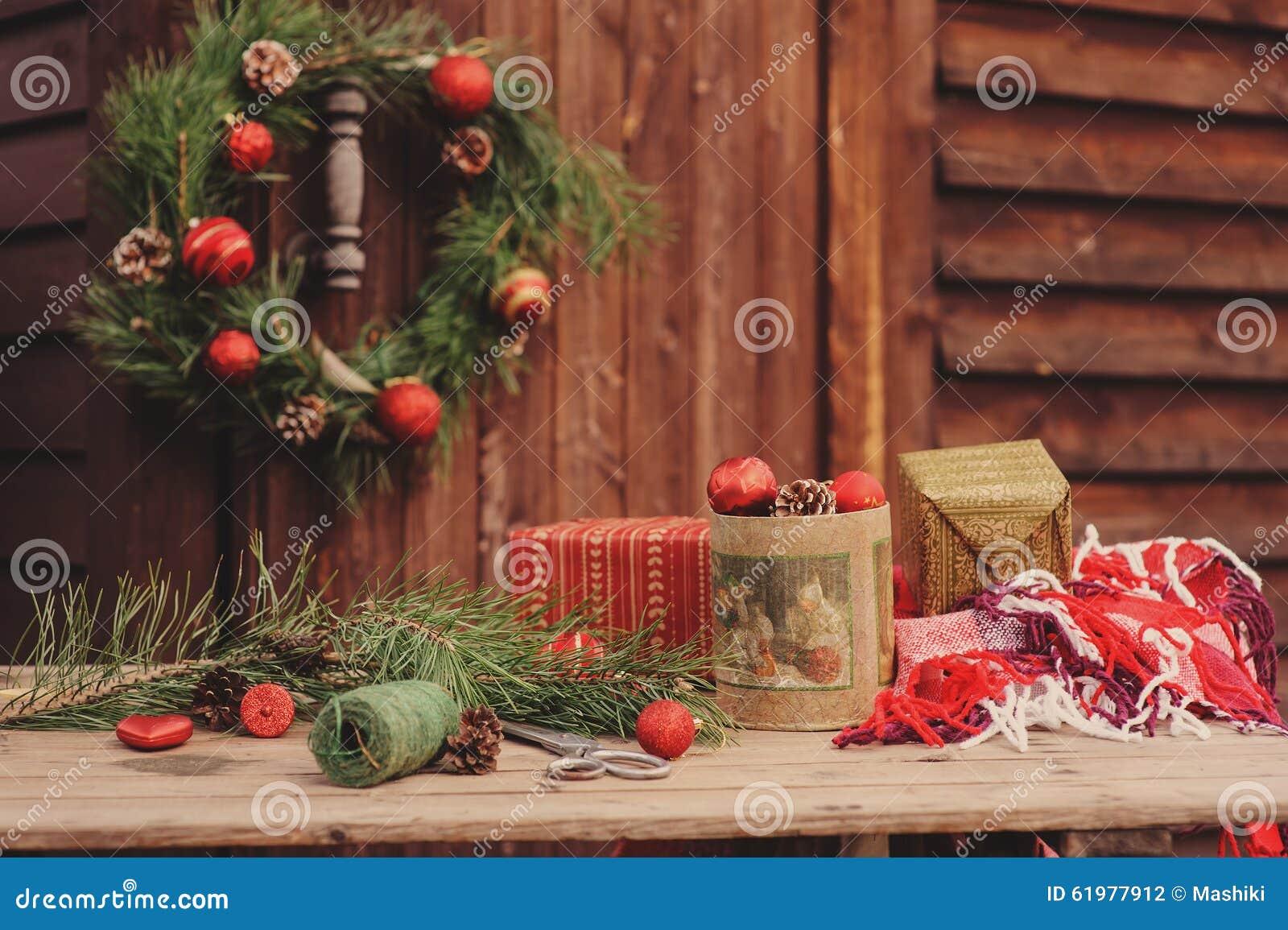 Decorazioni di natale alla casa di campagna di legno accogliente regolazione all 39 aperto sulla - Decorazioni di legno ...