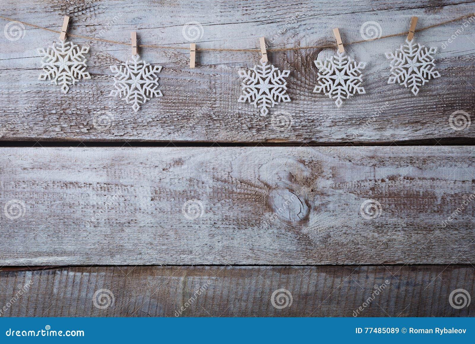 Decorazioni di natale x28 snowflake x29 appendendo sopra il fondo di legno immagine stock - Decorazioni di legno ...