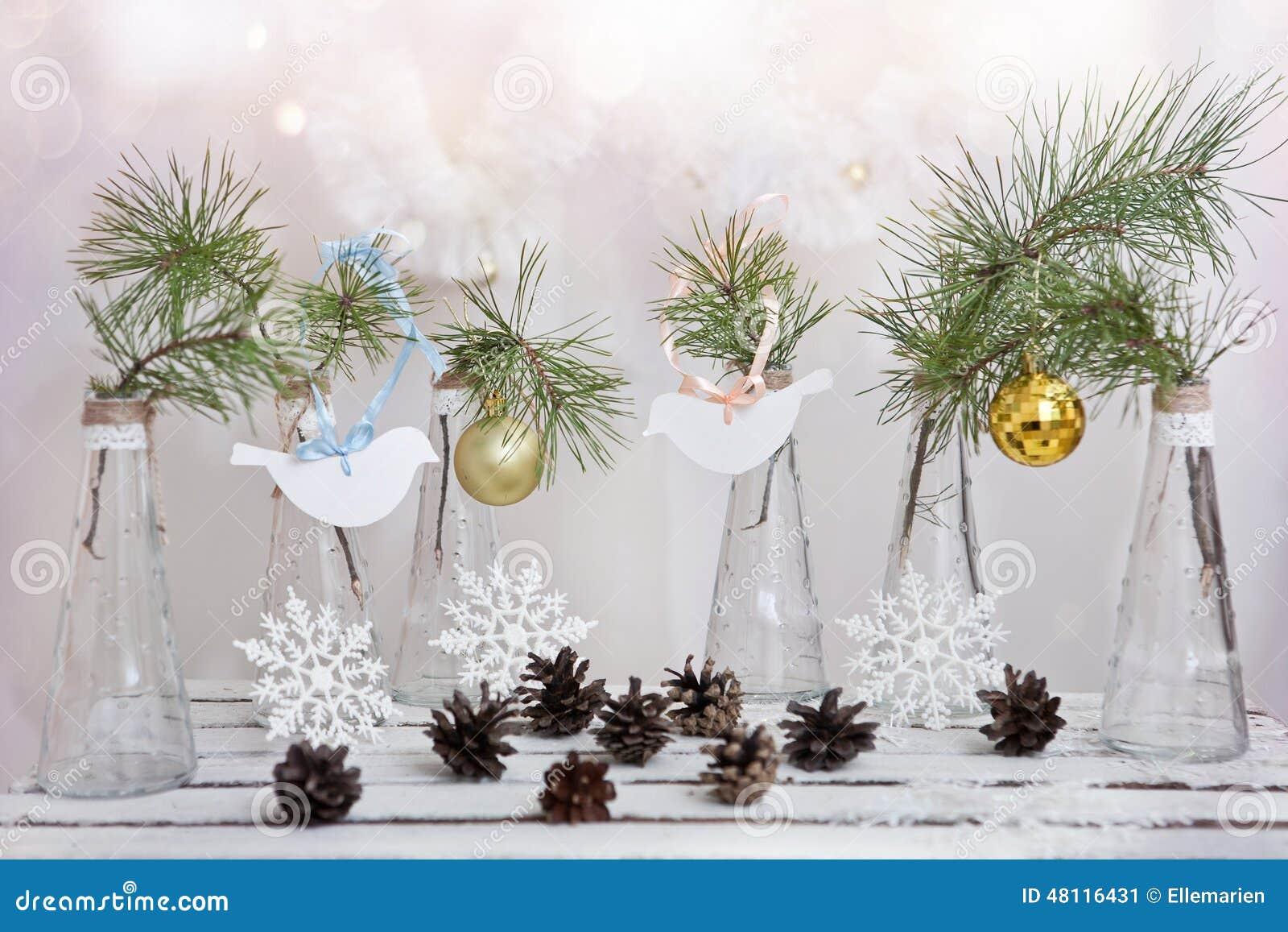 Decorazioni di natale su un ramo dell 39 albero in vasi di - Decorazioni vetro ...