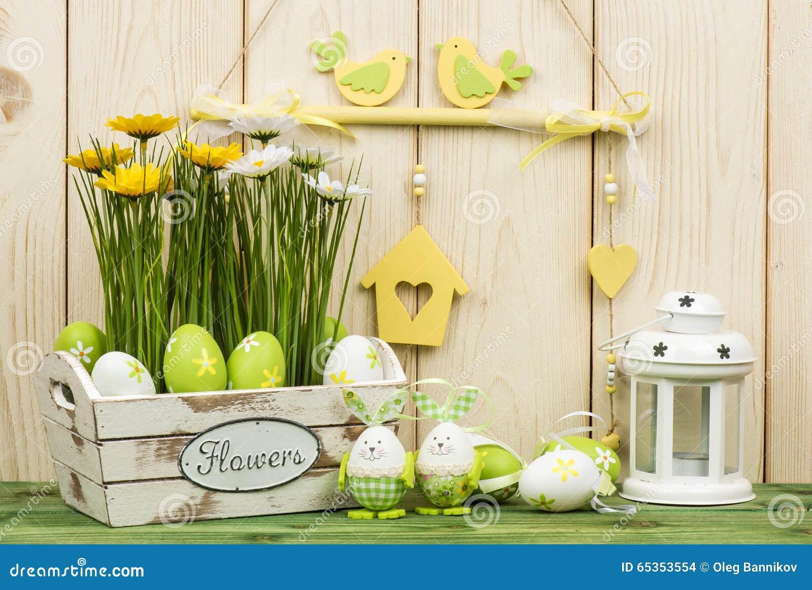 Decorazioni di pasqua scatola di legno con i fiori e le uova fotografia stock immagine di - Decorazioni di legno ...