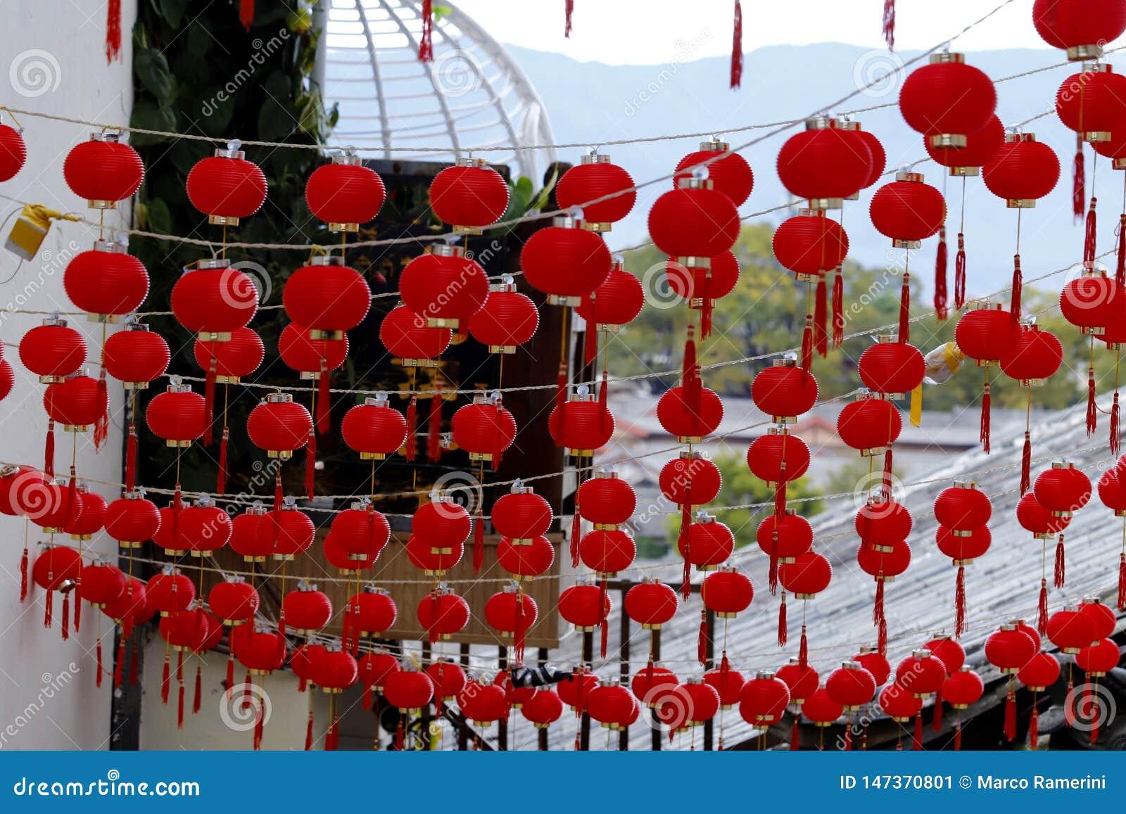 Decorazioni di una via - simili alle piccole lanterne - della citt? storica di Lijiang, il Yunnan, Cina