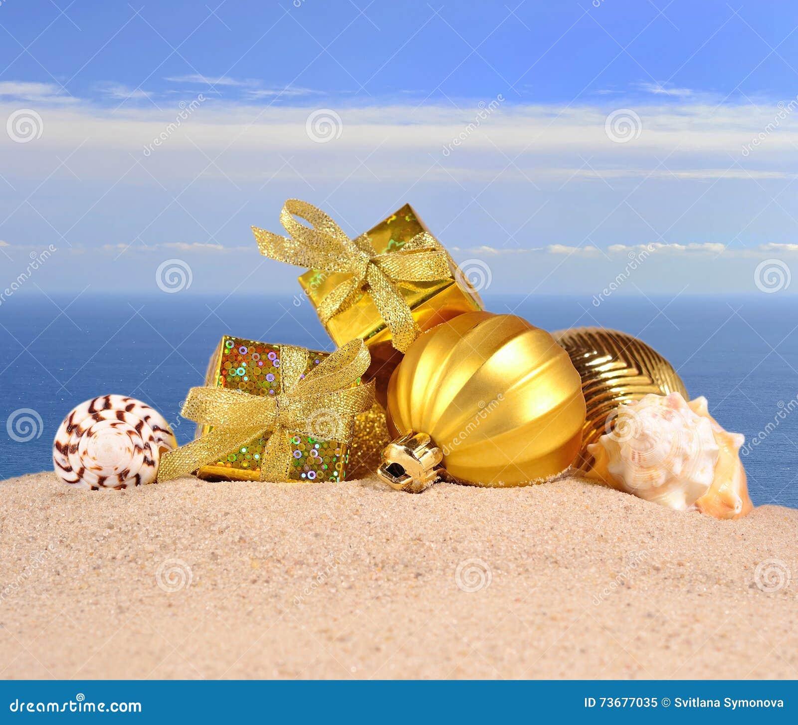 Decorazioni E Conchiglie Di Natale Su Una Sabbia Della Spiaggia
