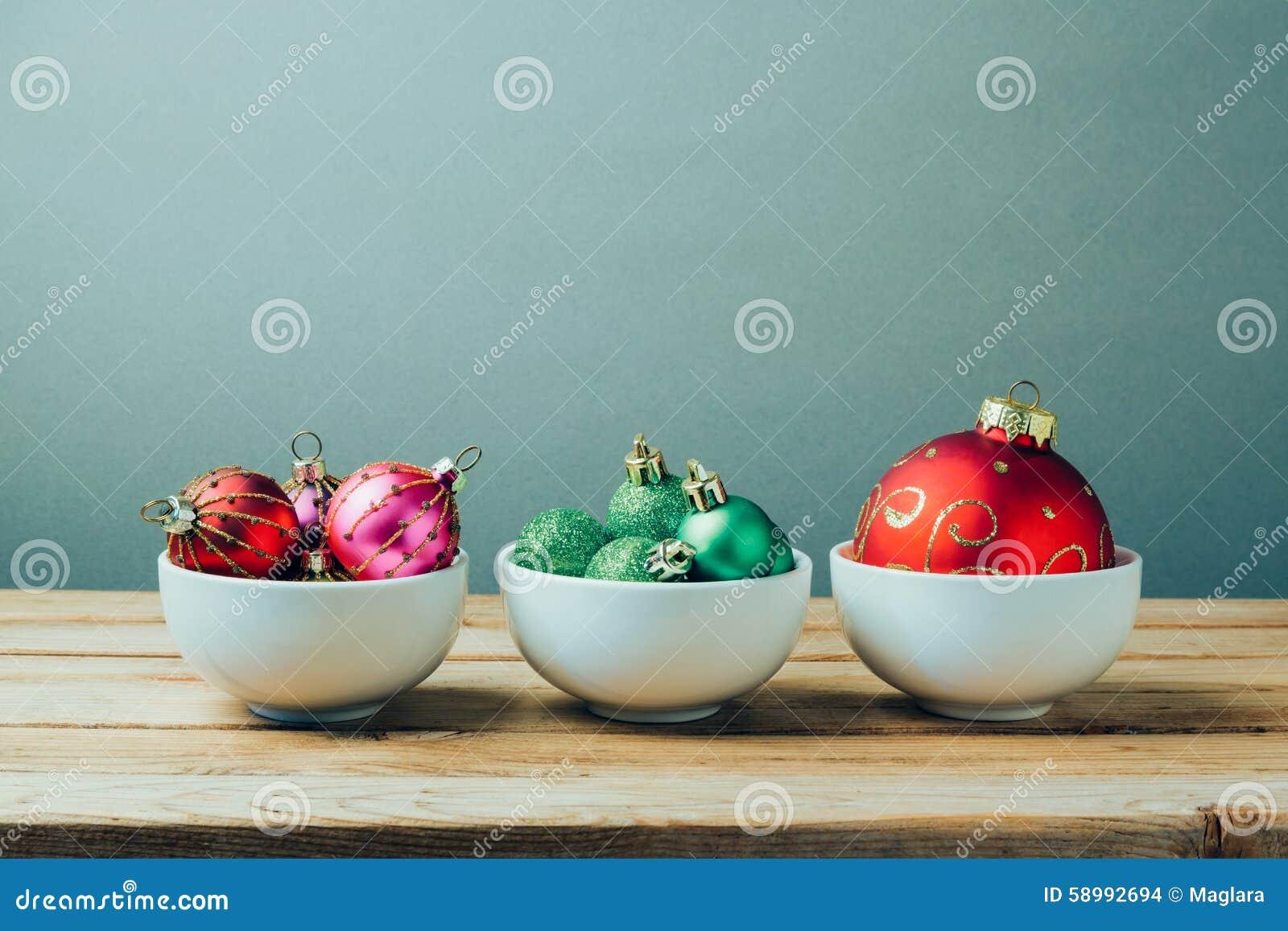 Decorazioni ed ornamenti di natale sulla tavola di legno for Antifurto con le palle