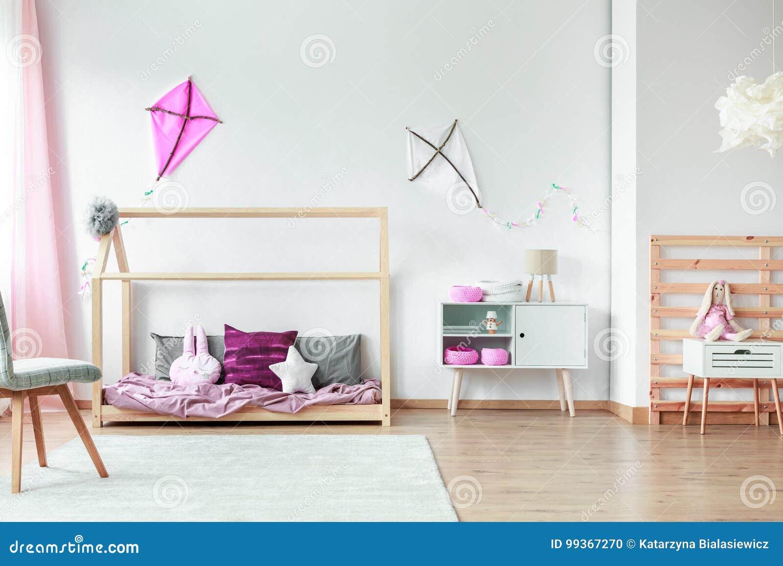 Decorazioni Rosa Nella Camera Da Letto Dei Bambini Fotografia Stock ...