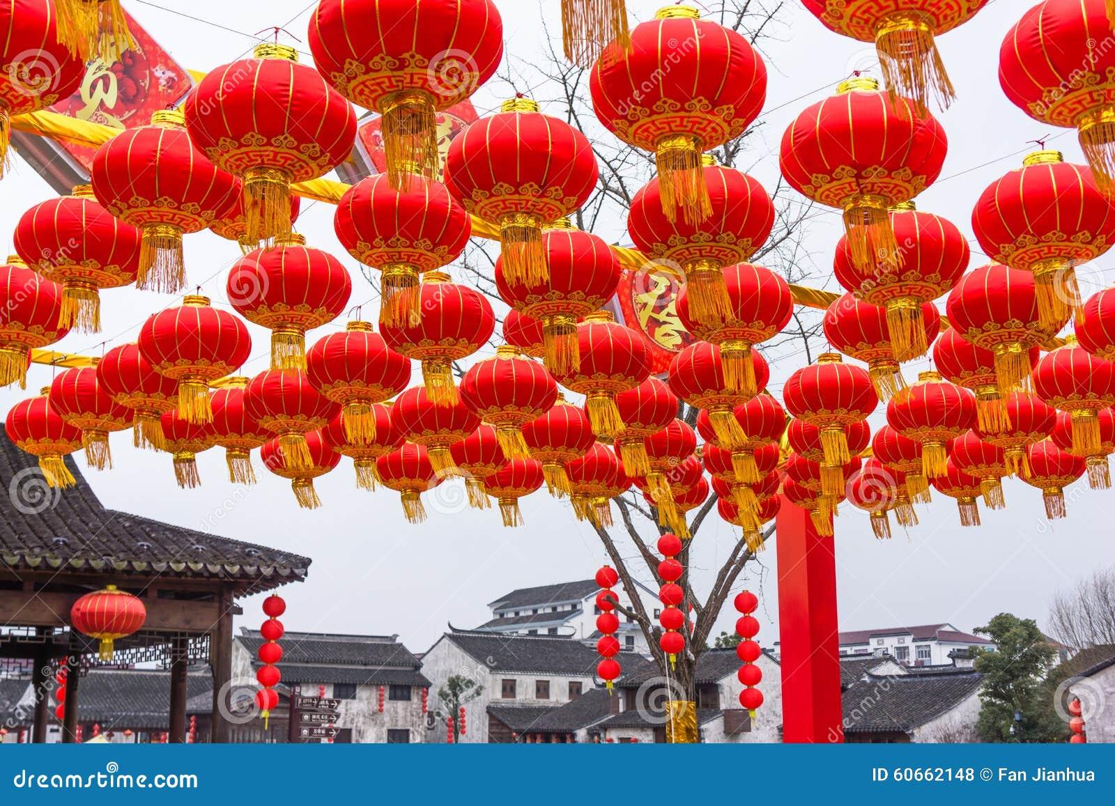 Decorazioni Con Lanterne Cinesi : Decorazioni rosse cinesi festive della lanterna fotografia stock