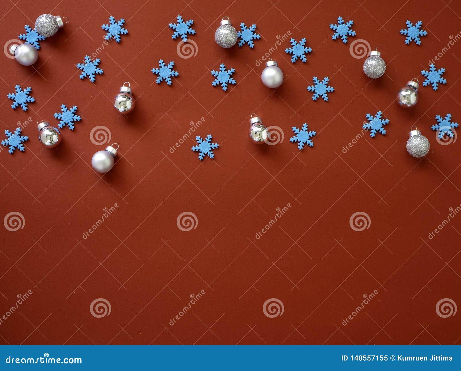 Decore o Natal e o ano novo no fundo vermelho