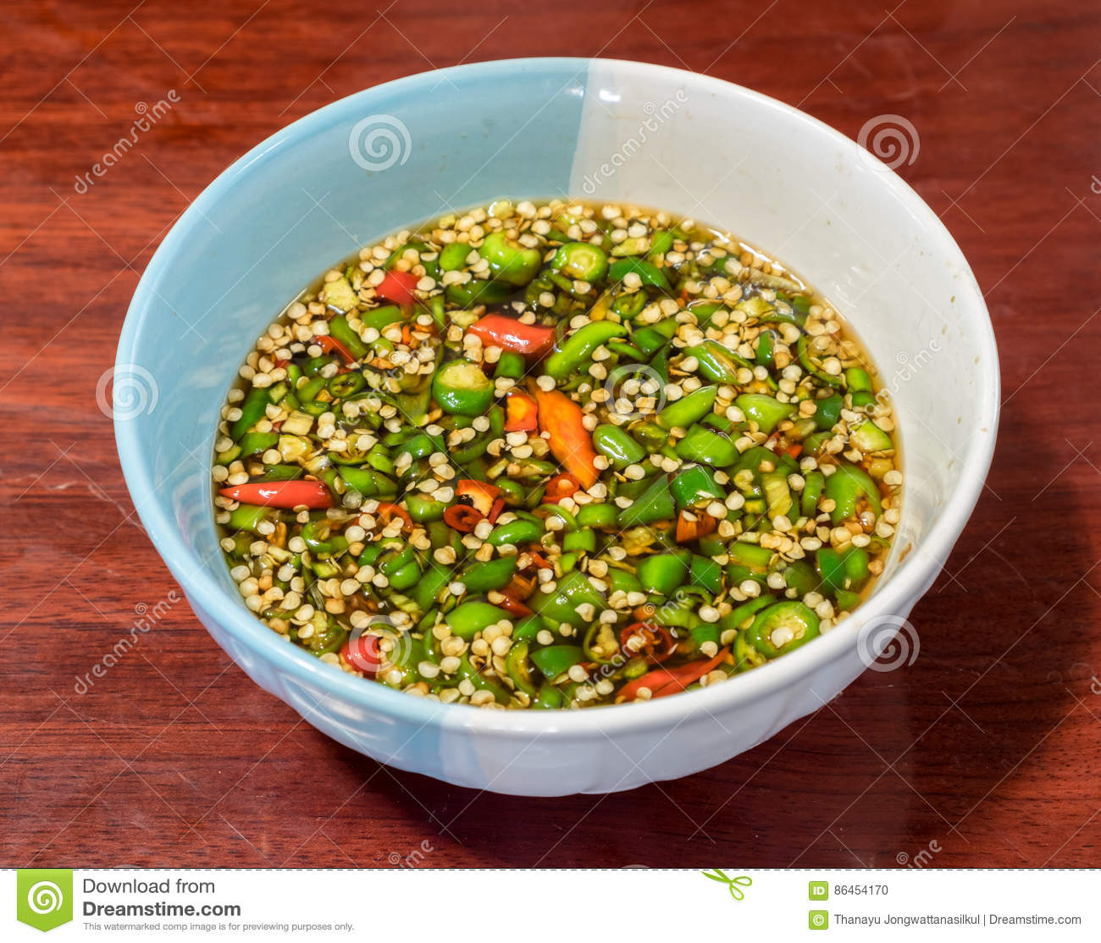 Decore os pimentões cortados no molho de sal no copo