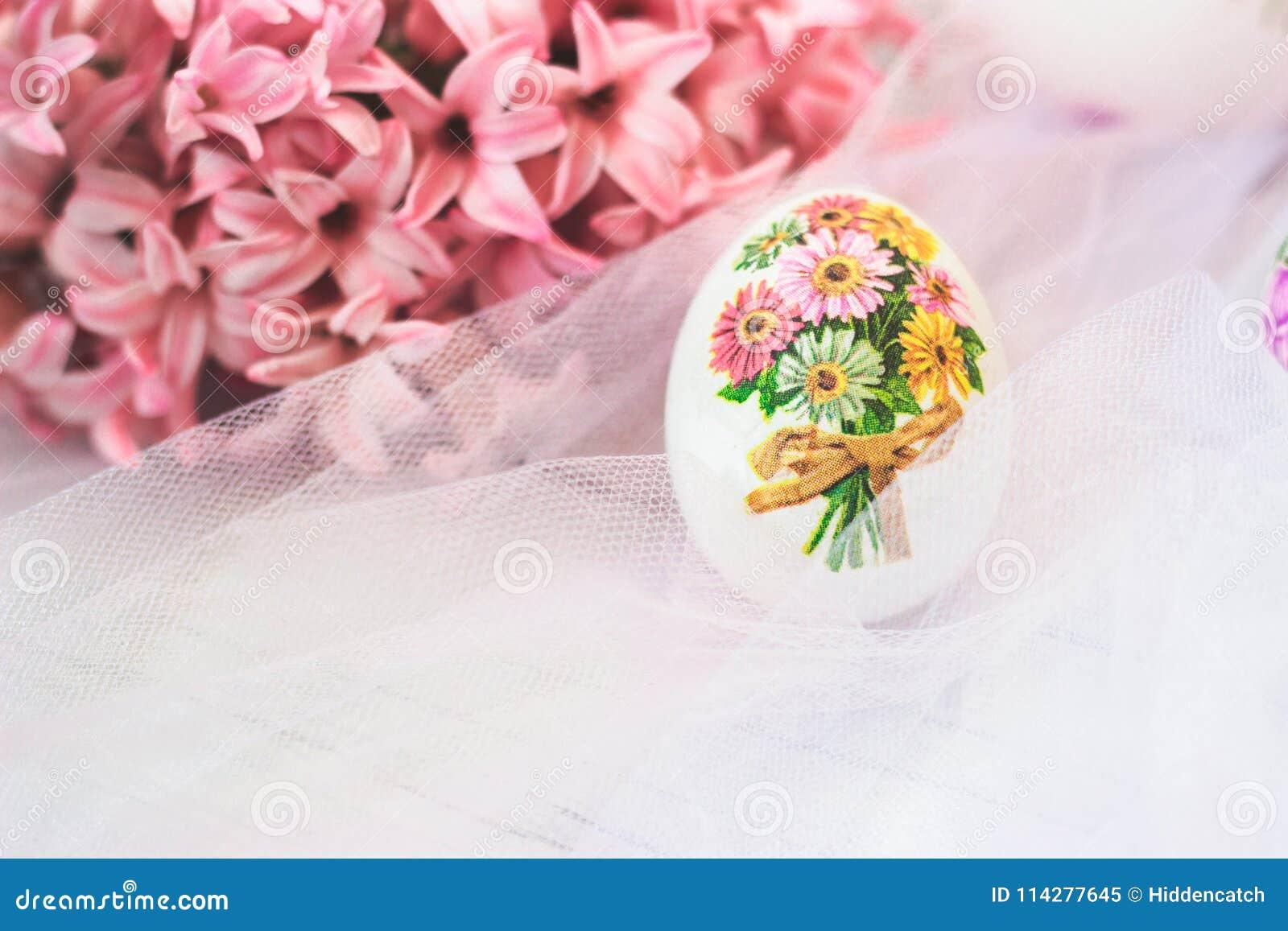 Decoupage dekorował Wielkanocnego jajko z różowymi hiacyntów kwiatami, dalej