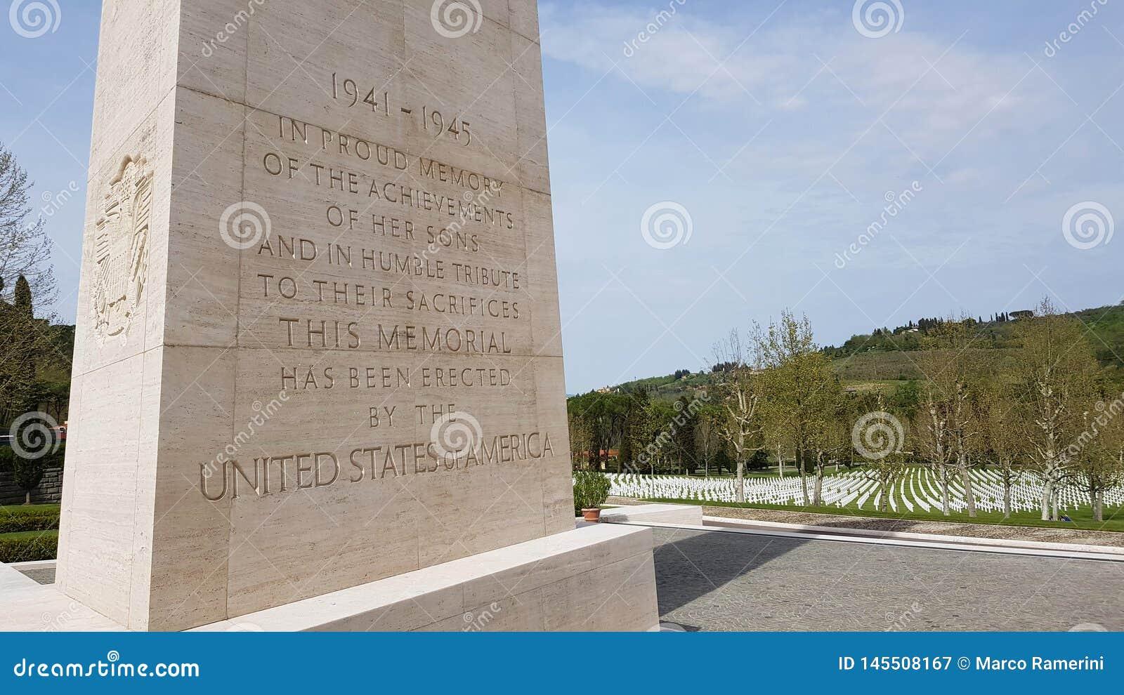 Dedicação no obelisco memorável aos soldados americanos que morreram durante a segunda guerra mundial em Florence American Cemete